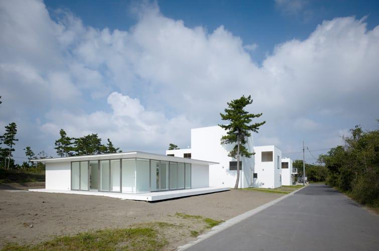 (同じく外房に建つ、R不動産のディレクターであり建築家でもある馬場正尊の家(一番手前)。家を宿に変えてみるという実験台の第1号にされてしまった。)