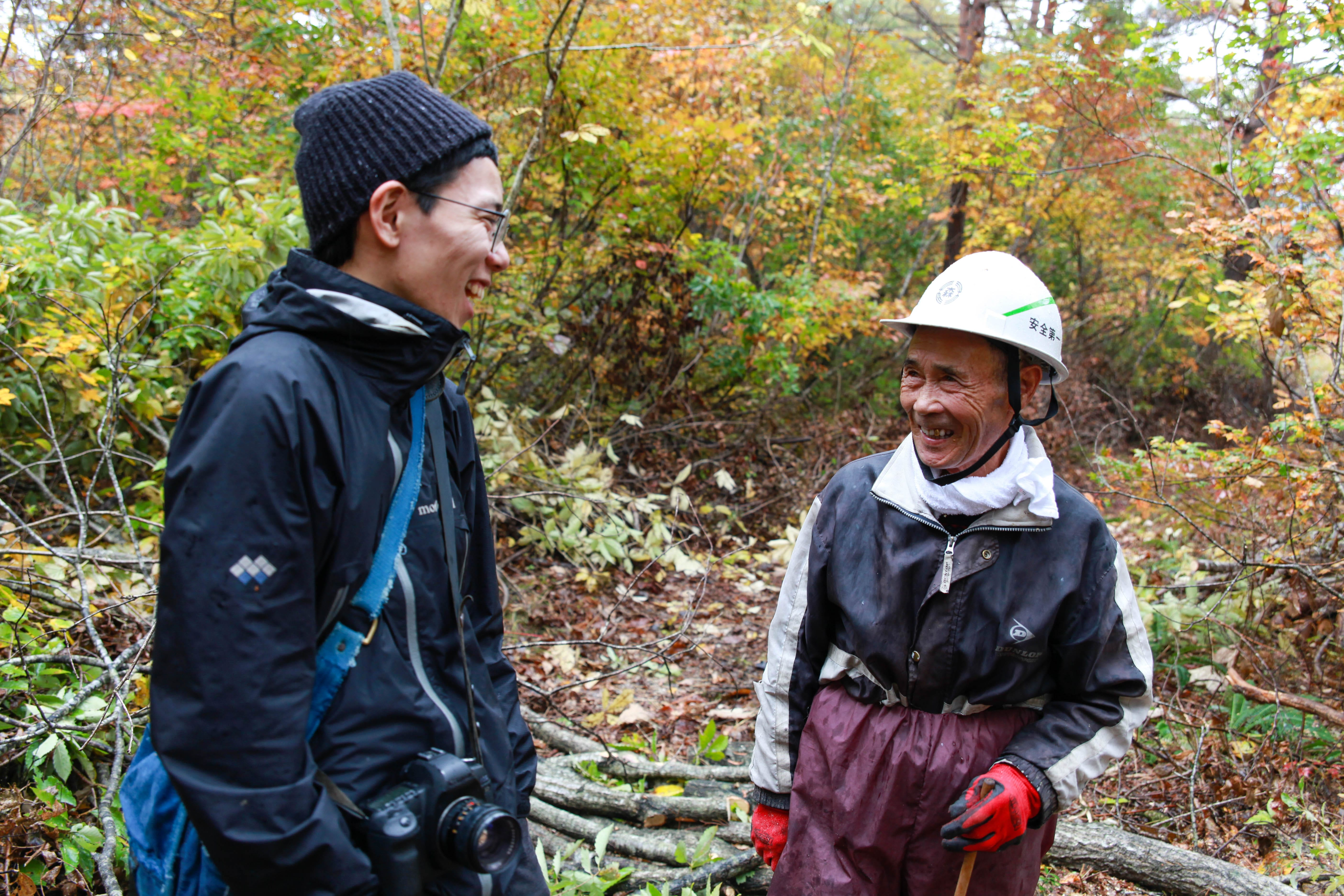 里山再生事業に関わる地域の人と一緒に、伐採作業を行った。