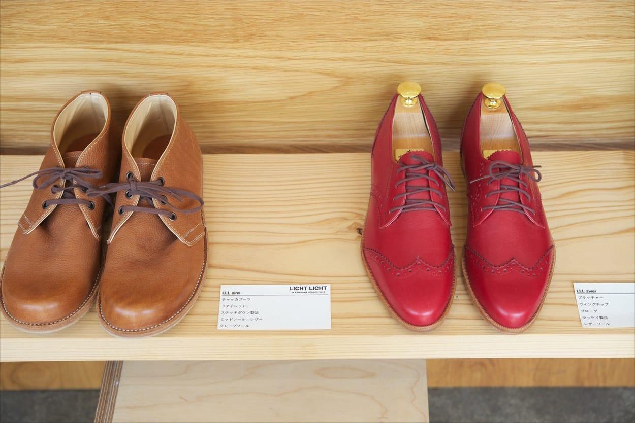 デザインや素材(牛革、馬革、豚革など)のサンプルを参考にしながら、どんな靴にしていくか、じっくりと話しながら考えていく。