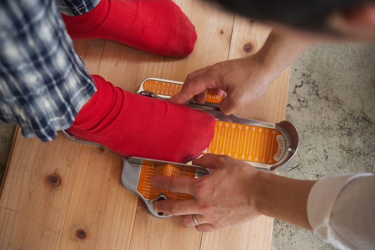 ドイツ式の考え方をもとにした金澤さんの靴づくり。採寸・採型したデータをもとに、木型とデザインを調整しながら皮を張り合わせていく。細かな作業の積み重ねが必要な根気のいる仕事。
