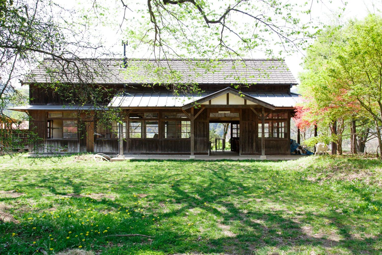 映画のワンシーンに登場しそうな旧下小代駅舎。2009年に国の登録有形文化財に指定された。