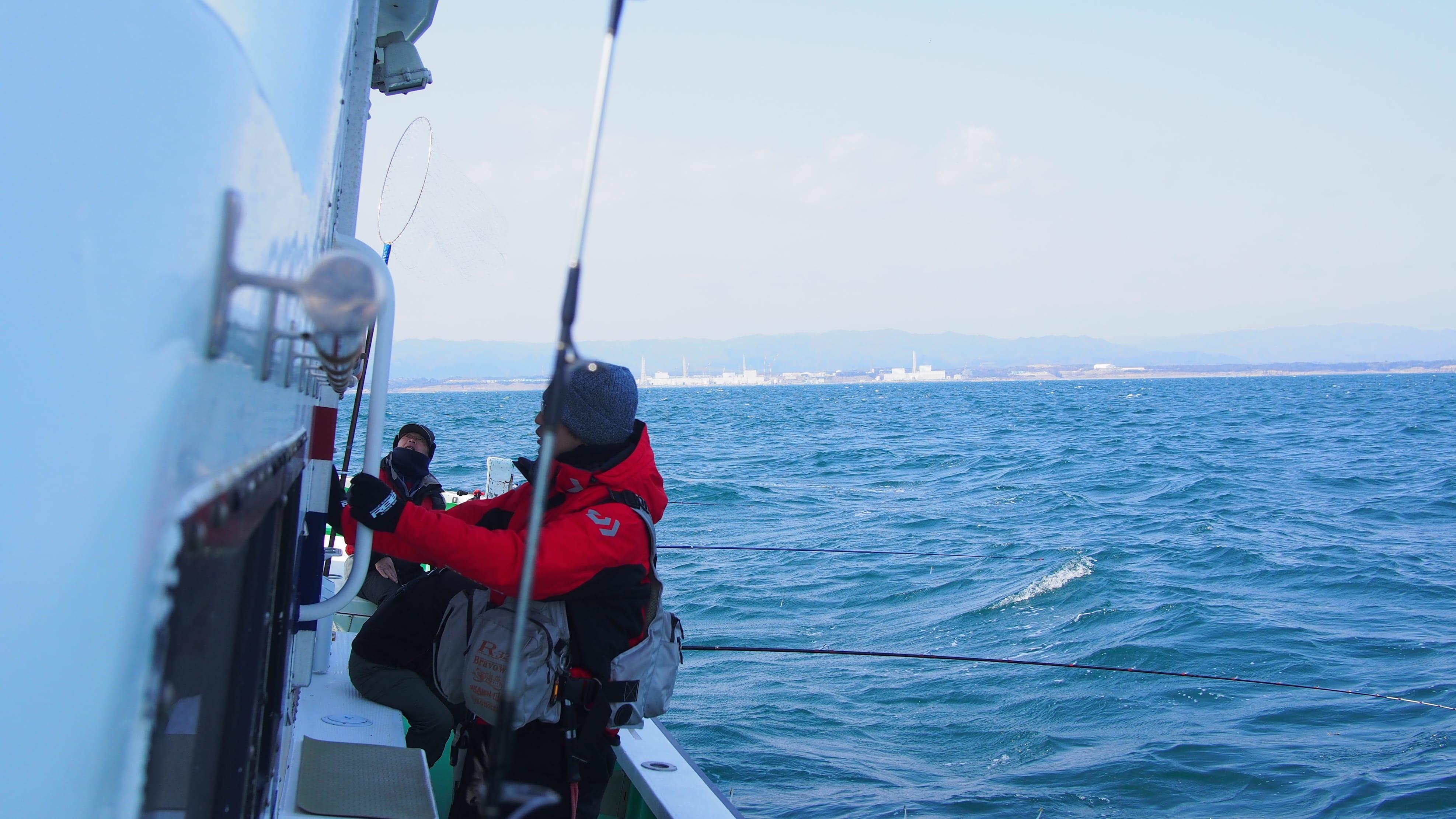 原発沖での海洋調査の模様。奥に福島第一原発が見える。