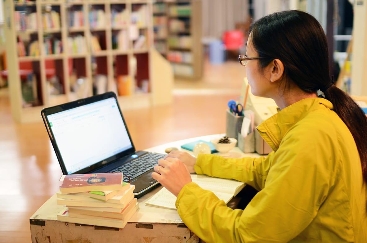 林野庁の山の仕事を終えた後、「遠足文庫」に仕事をしにくる日もある。