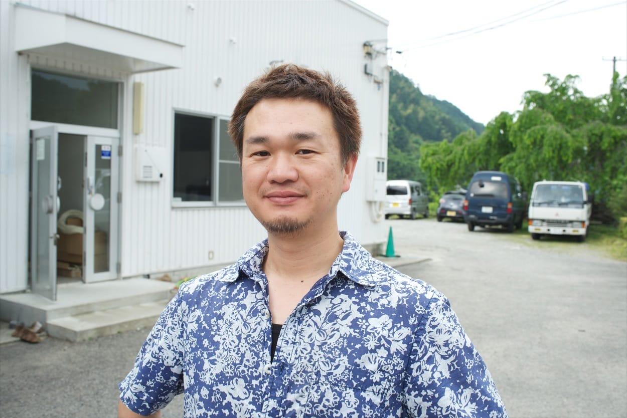"""本橋大輔/株式会社ダンクソフト所属のプログラマー。埼玉県出身。前職の仕事を通じて、14年前に徳島市に移住。2年前に転職した同社がサテライトオフィスの実験プログラムを行っていたことから、コンプレックスへの入居を提案し、自身も神山町に転居。上司も部下もいない""""一人サテライトオフィス""""を立ち上げる。"""