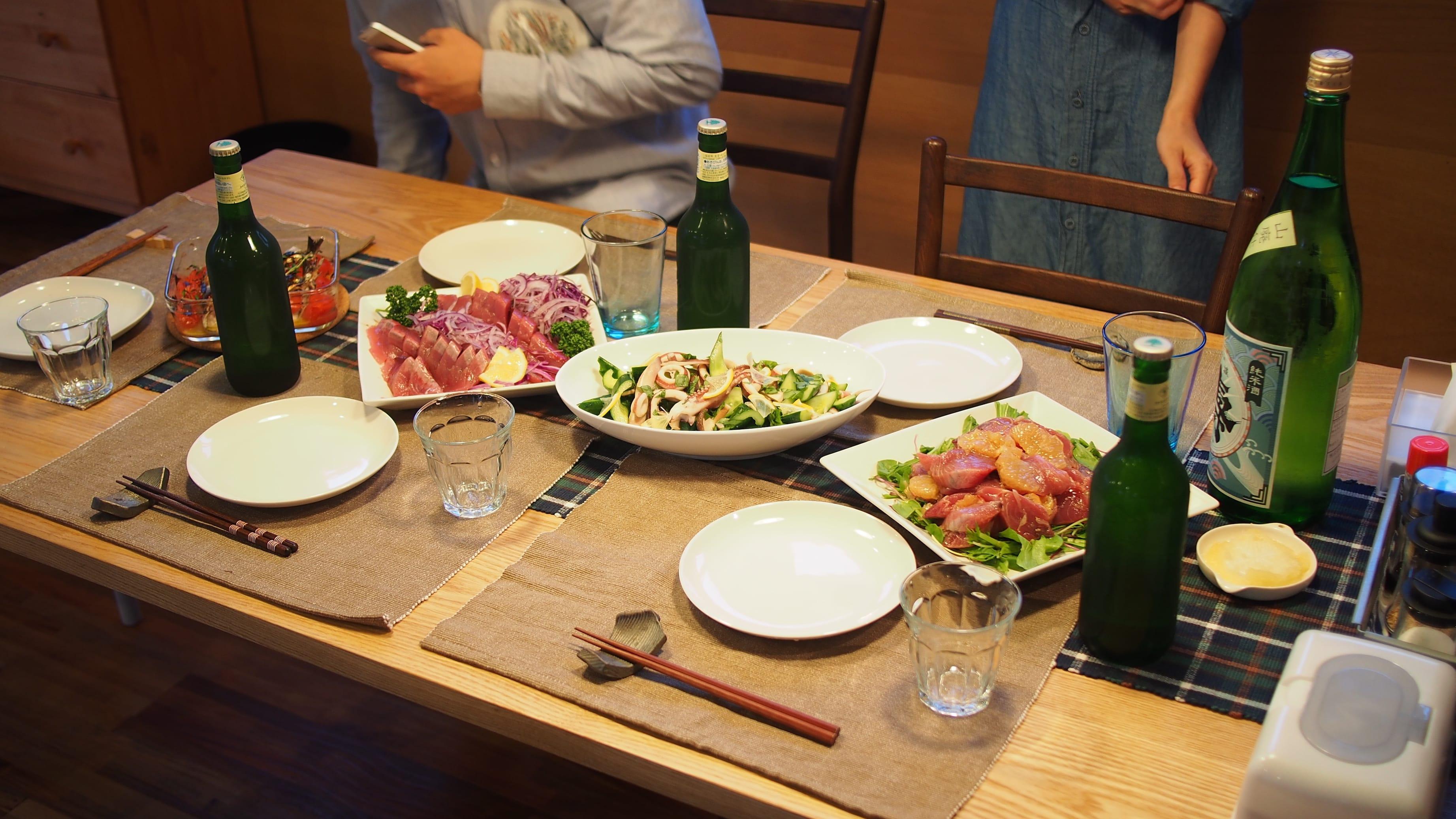 仲間が集えば自然と魚介類と酒がテーブルに。