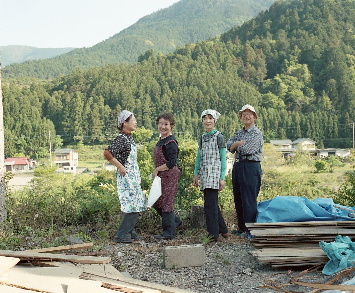 生まれも育ちも神山町!有機農業に取り組む「里山の会」のみなさん。右端は「WEEK」の大家・南さん。