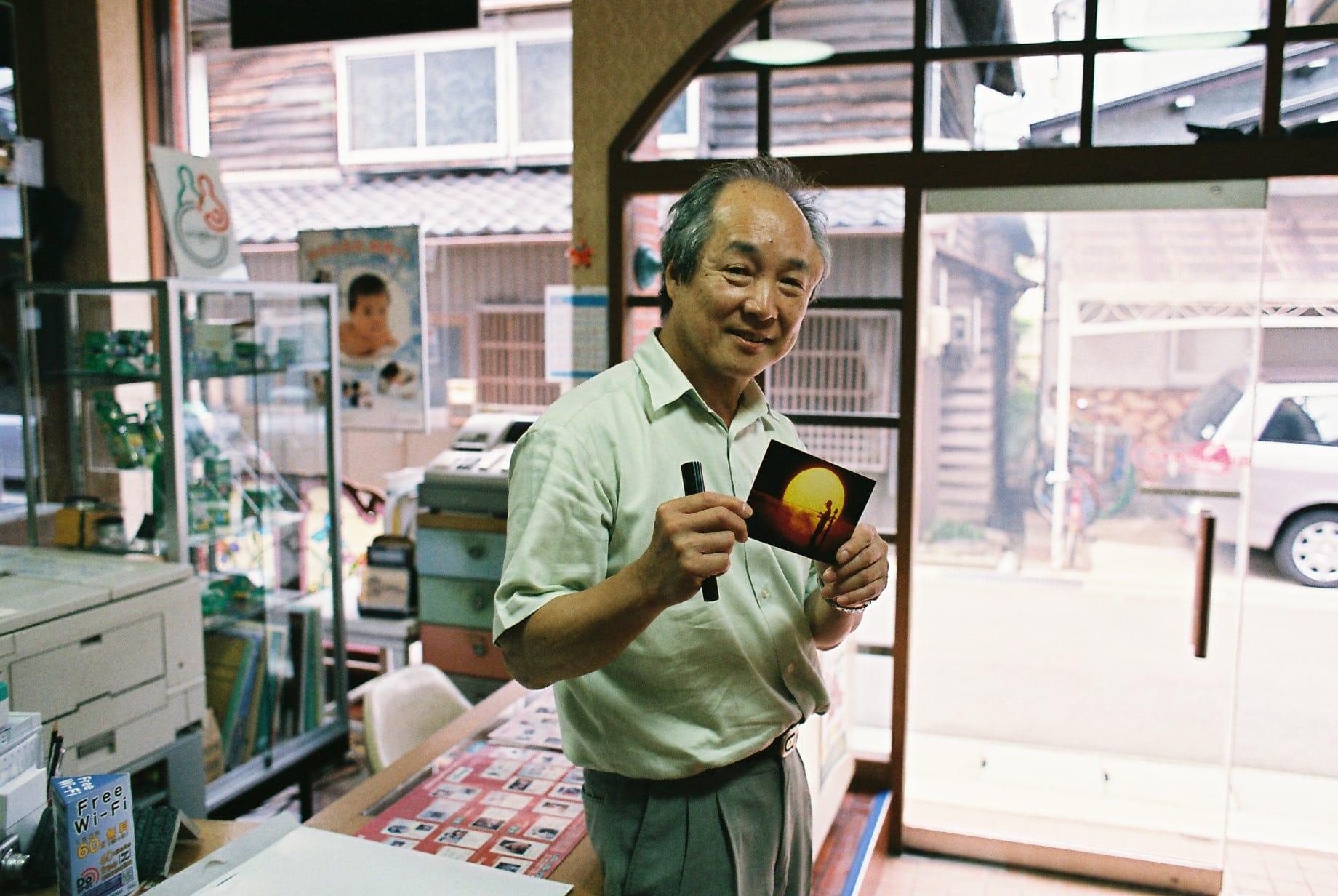 和田さん父撮影のお気に入りの1枚を持って。サイン入りで梅さんにプレゼント。