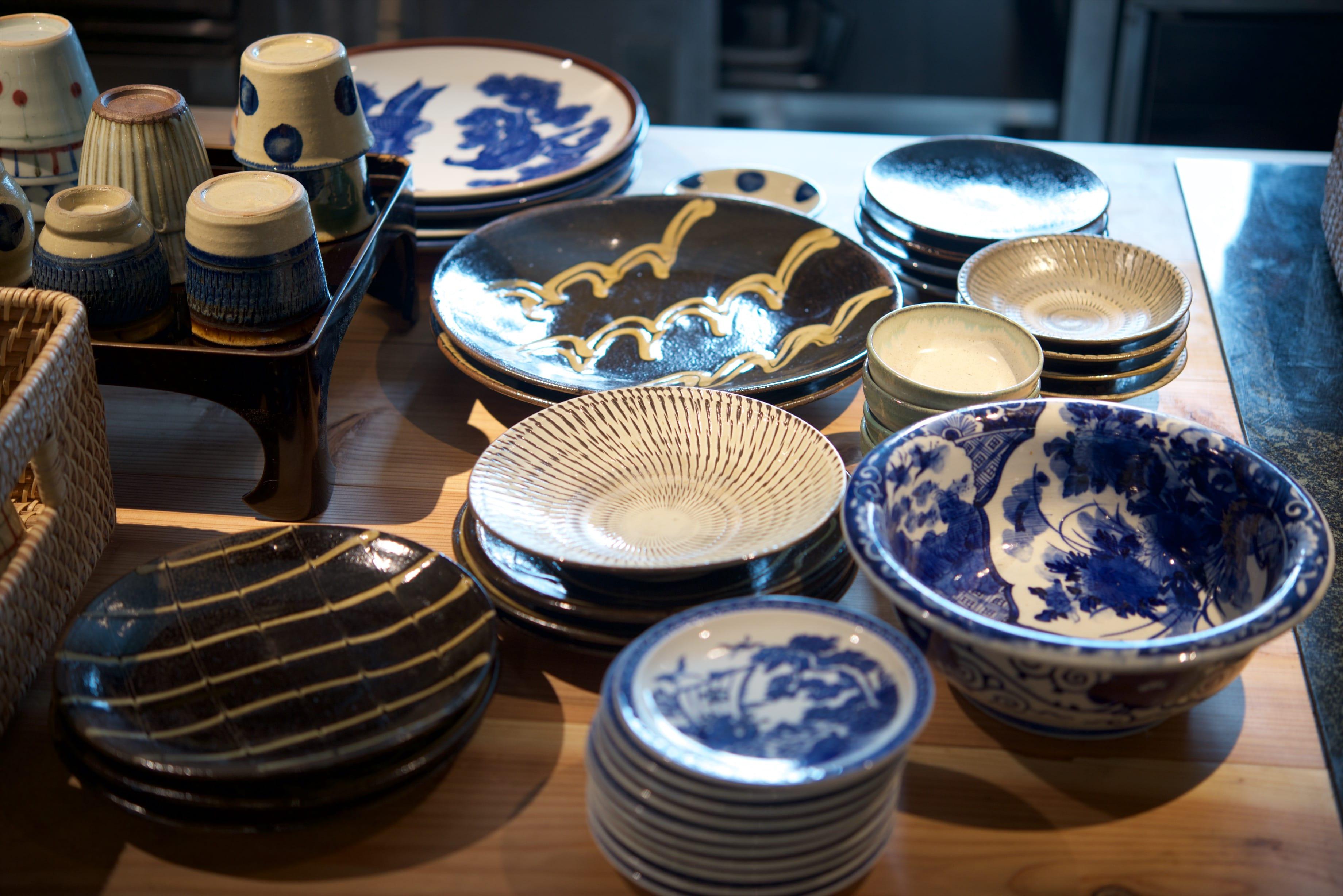 こだわりの器たちは、徳島市内の民藝店「東雲」さんのセレクトによるもの。手前の青い器は、もともとこの家に眠っていた骨董品。