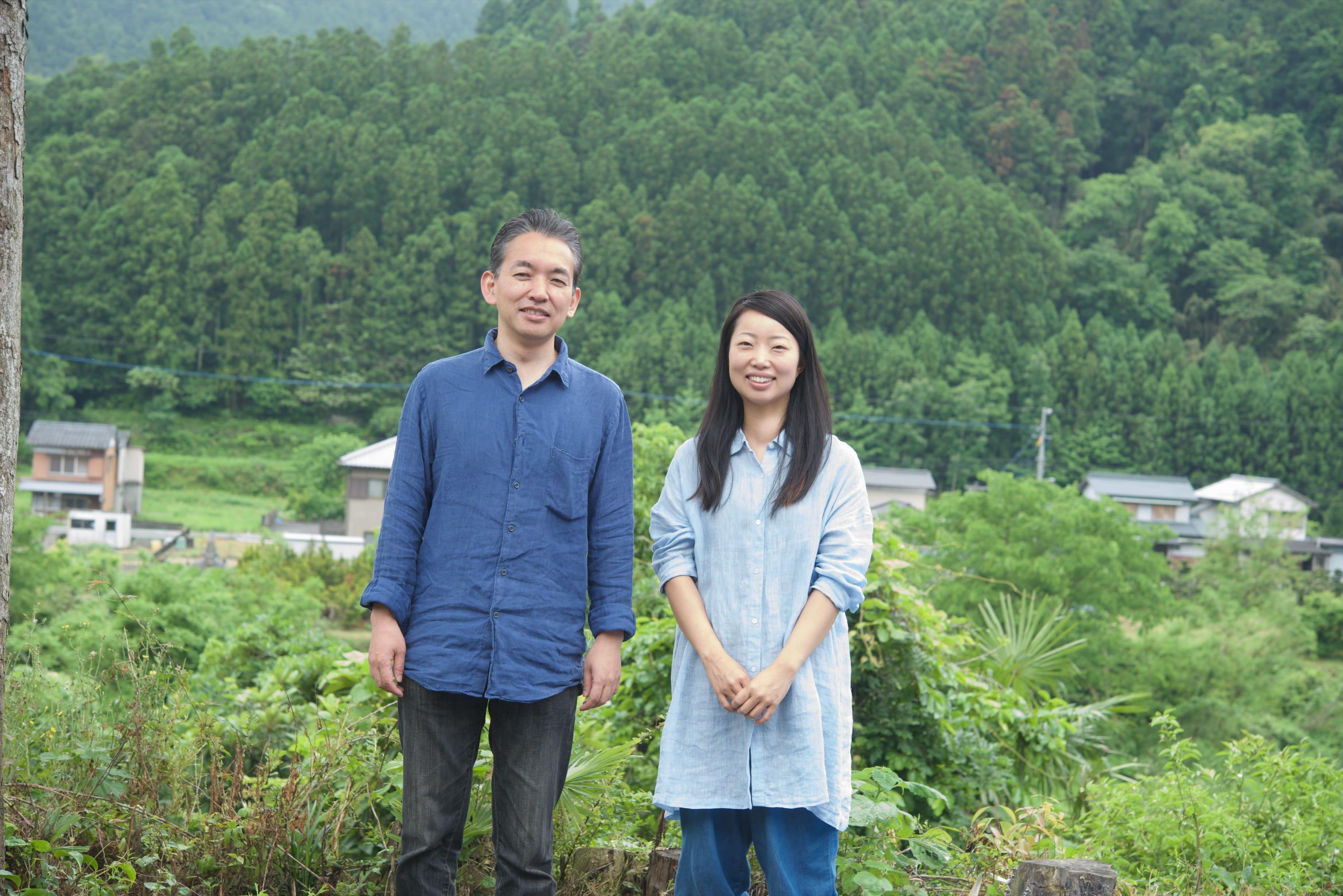 「WEEK 神山」の裏には山々が広がっている。オーナーの隅田徹さんと。