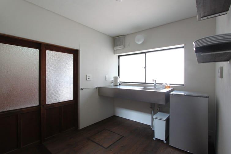 (ここは冷蔵庫もお皿もポットもあってキッチンのようですが、洗面所という扱いのスペース)