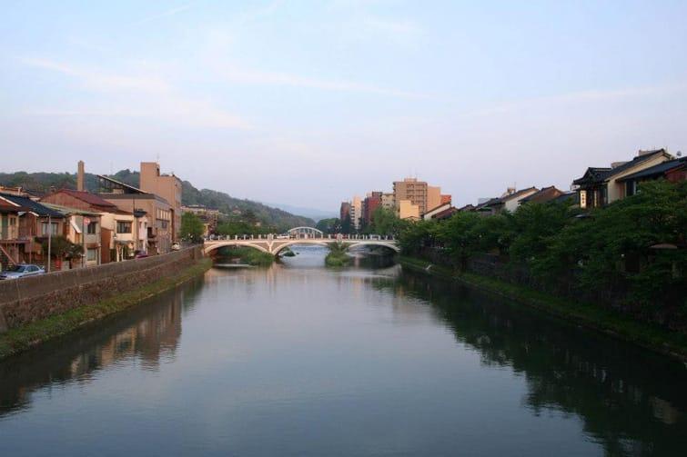 (浅野川まで数分。こんな夕暮れの風景を楽しみながら、のんびり散歩でもしてもらえたら)