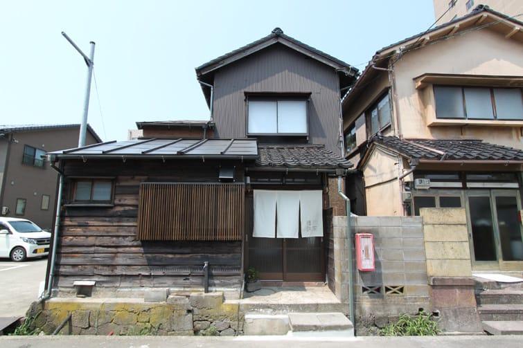 (古くて小さな町家を一棟貸し切りで。外壁を塗るのが、暑くて死ぬかと思った……)