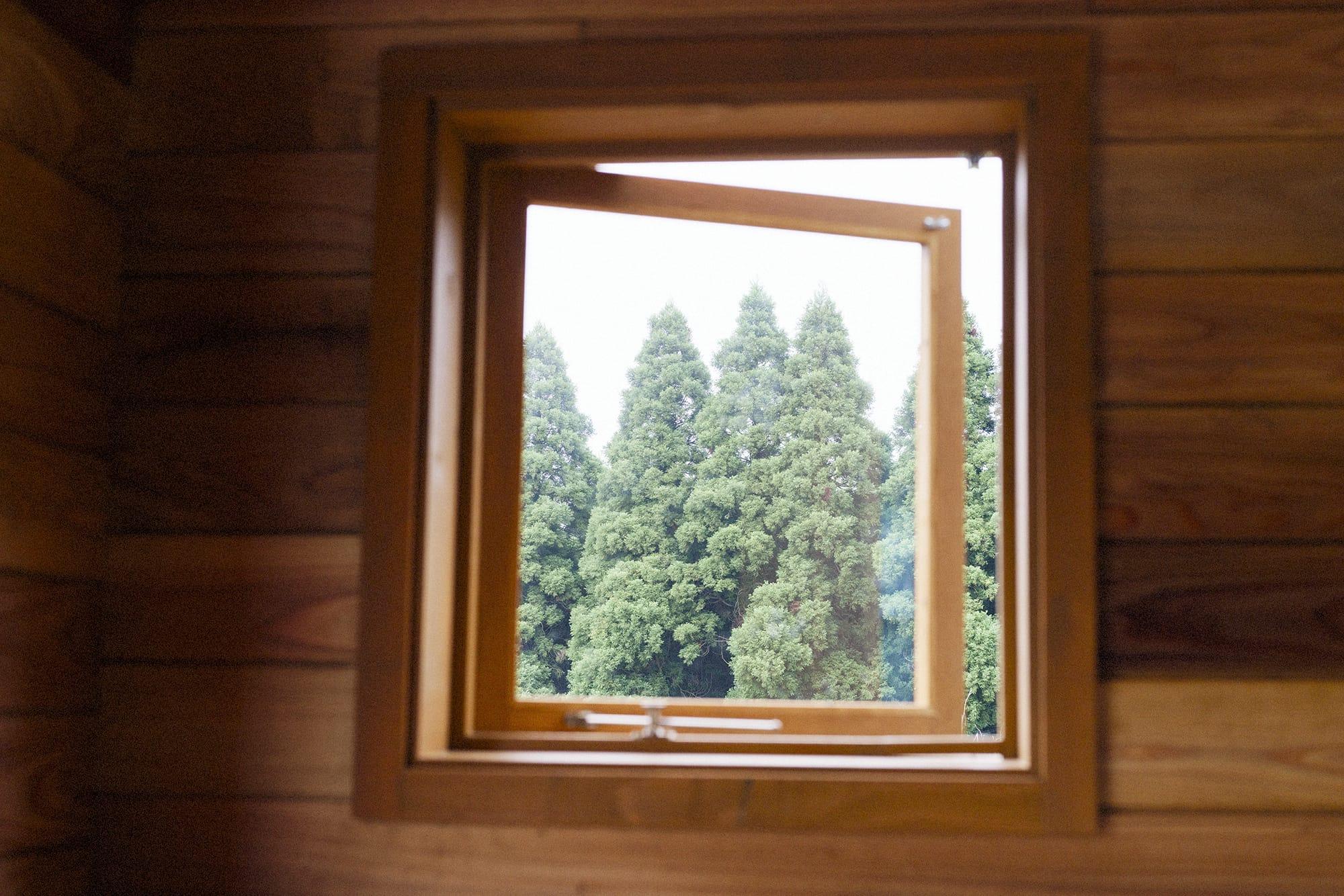 発達・知的障がい者の就労支援を行っている「NPO法人はぁもにぃ」(千葉県千葉市)の農園内に建てたタイニーハウス。室内の広さは畳4枚分ほど。「みんな違う窓がお気に入りになるといい」との思いから、それぞれに景色の異なる小窓を計6か所設置した。