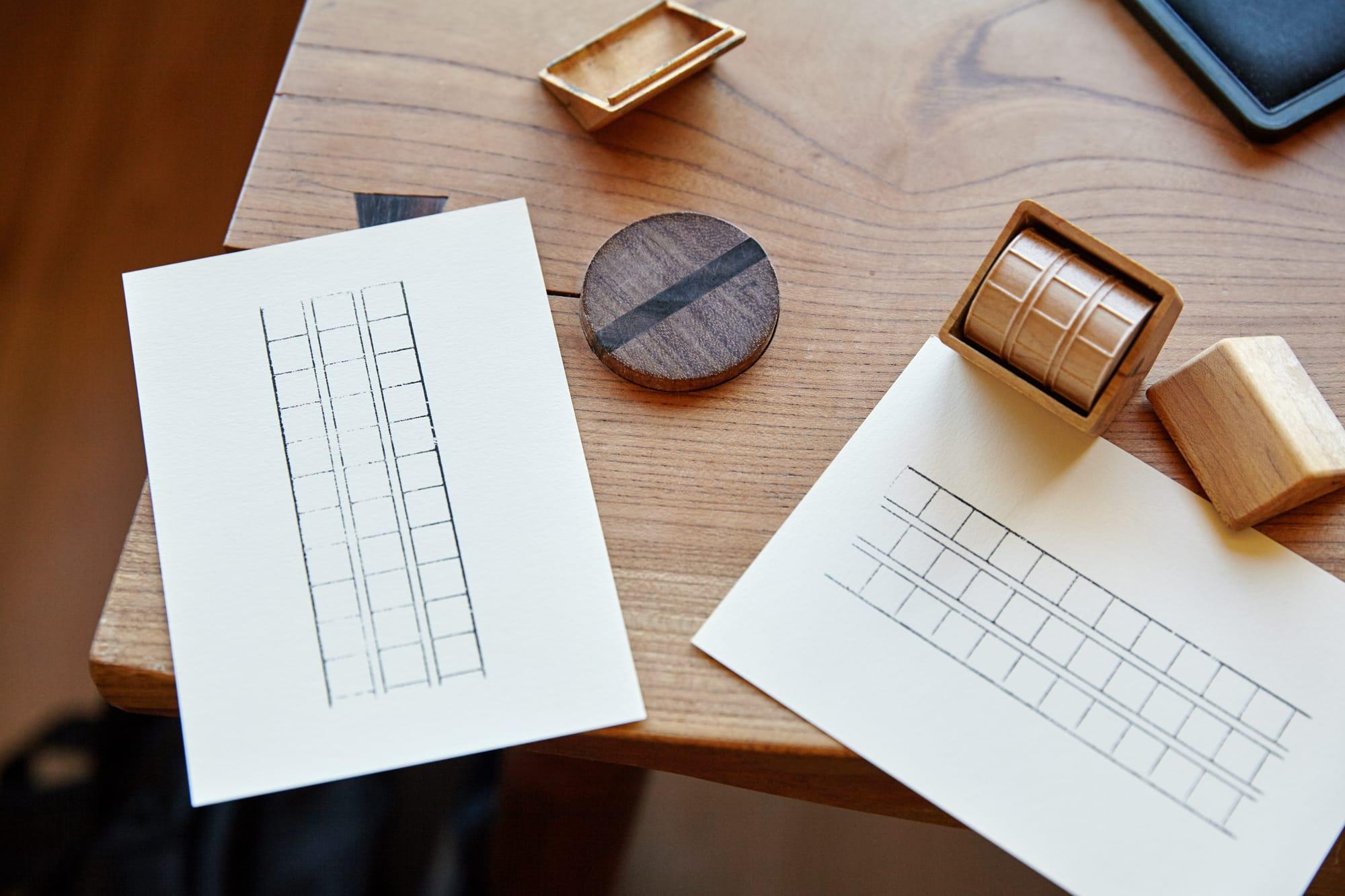 田植え道具の形状から着想を得てデザインした、原稿用紙のマス目を描くことができるスタンプ「わく」。富山県高岡市の木型職人が無垢の木を削り出して、金具や接着剤を一切使わない精密加工で仕上げている。