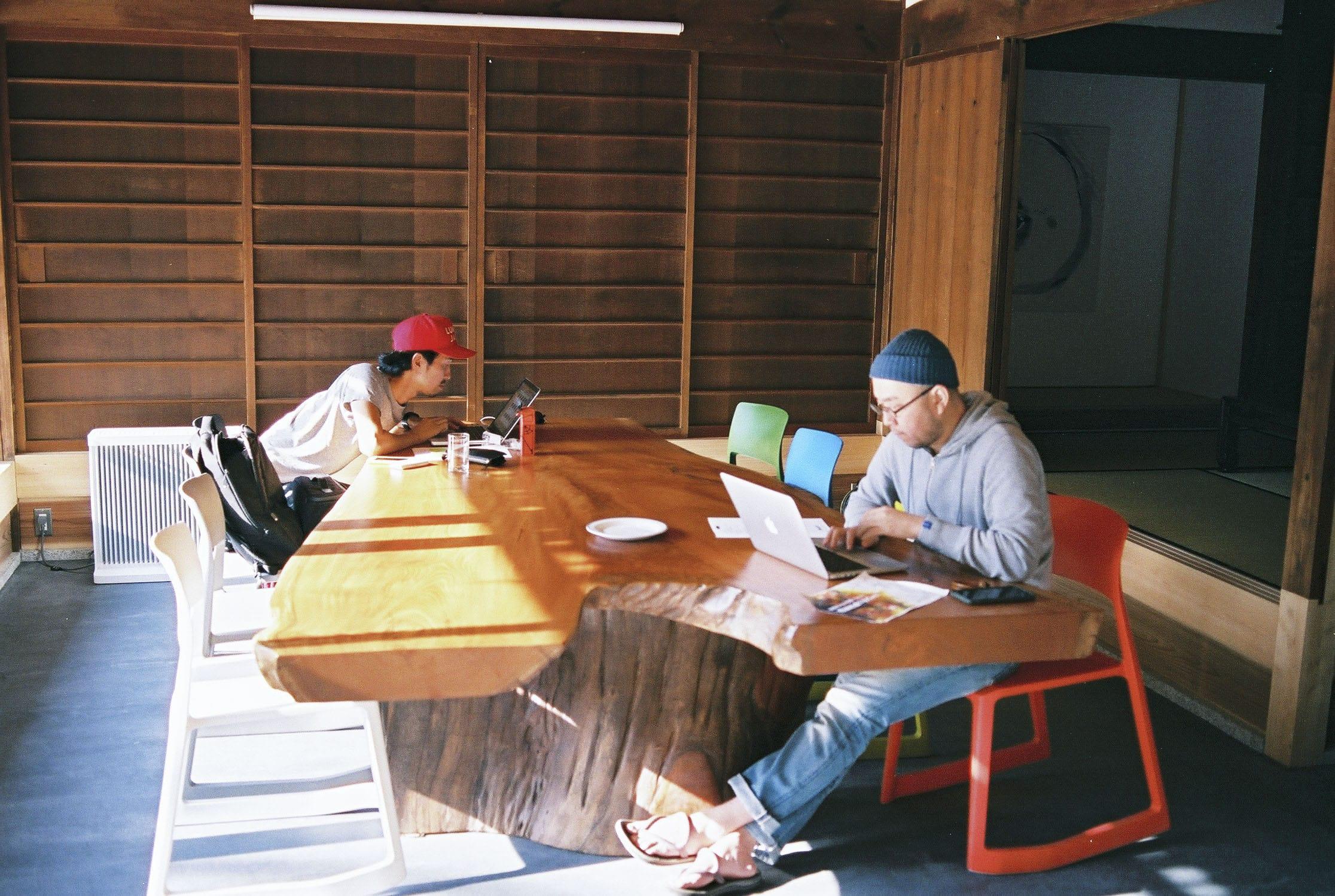 シェアオフィス「OFFICE CAMP」にて。友人でもあり、共同運営者でもある坂本大祐さんと。