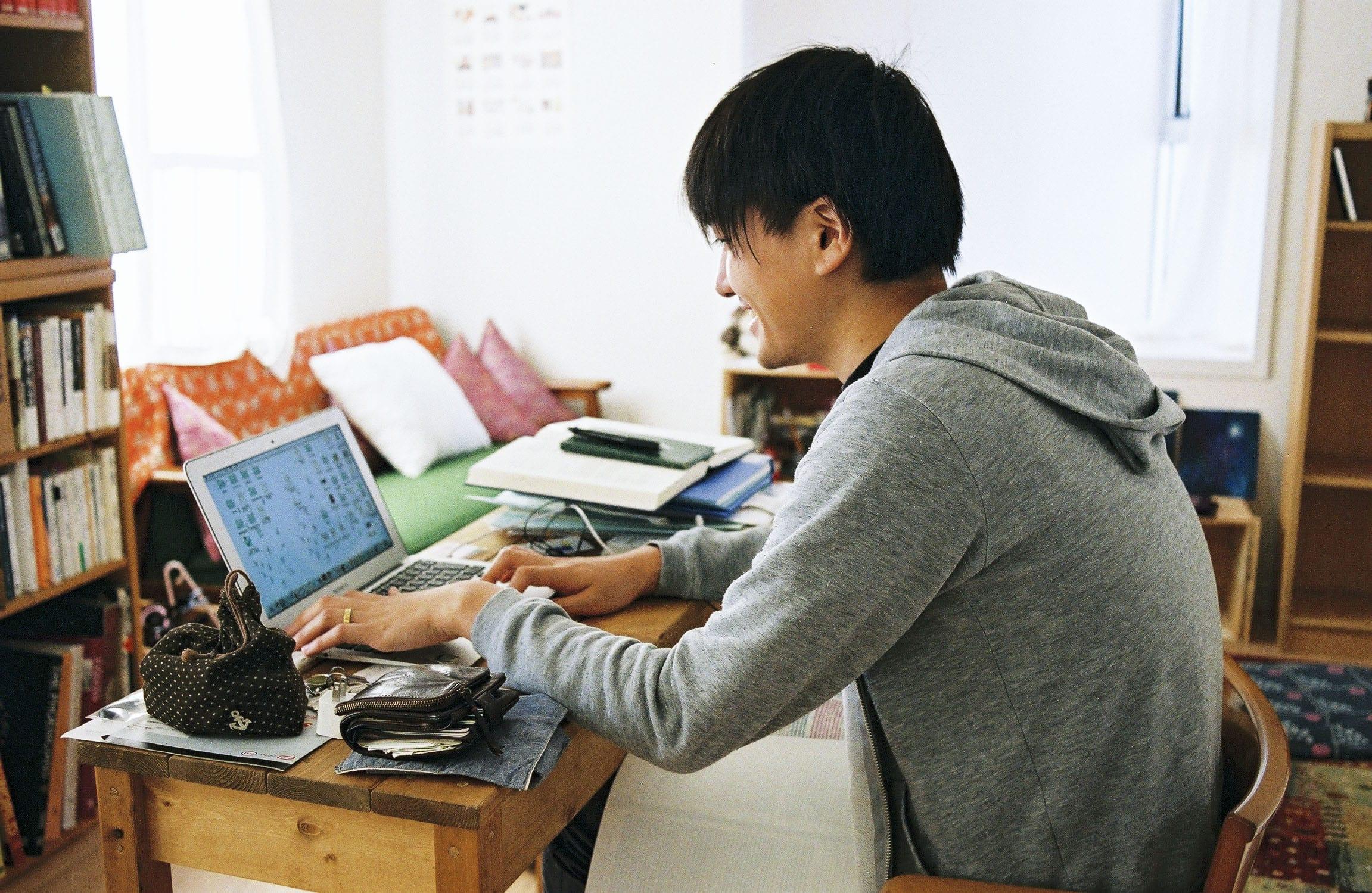 兵庫県・西宮市にある青木さんの自宅にて。現在も、古代地中海史を専門にする若き研究者でもある。