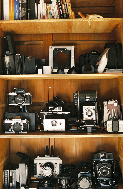 仕事場には、ポラロイドやフィルムのカメラなど愛機がずらり。カメラも自作するそうで、「いらない機能が多すぎて。使う機能だけ付いてればいいから自分でつくったほうがいいんです」