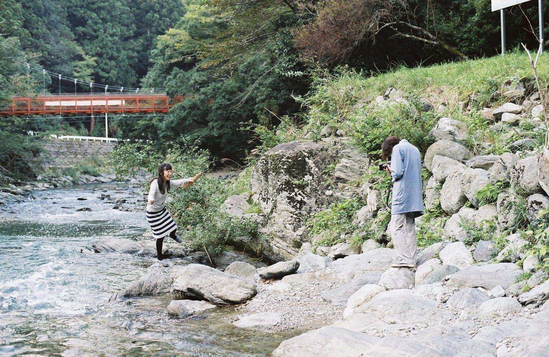 潔さんが好きな場所だという、丹生川上神社の下を流れる2つの川が1つになる珍しいポイントへ。「朝靄のなかに大きな鷺が止まっていた時があって、まるで水墨画のようでした」