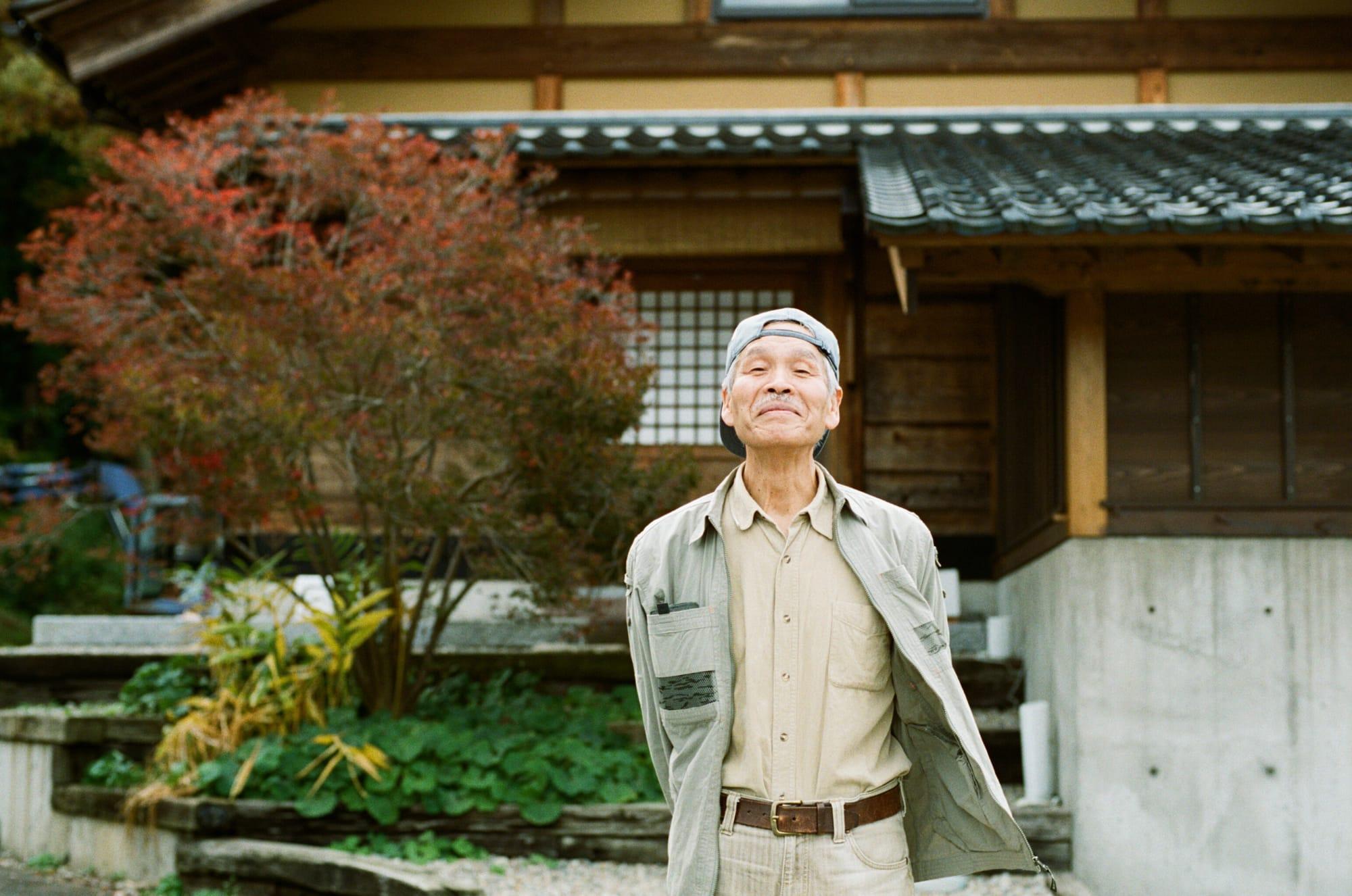 木と泥と土で家をつくった古本さん。「俺は塚本くんの風景やから」と快く取材に応じてくれた。