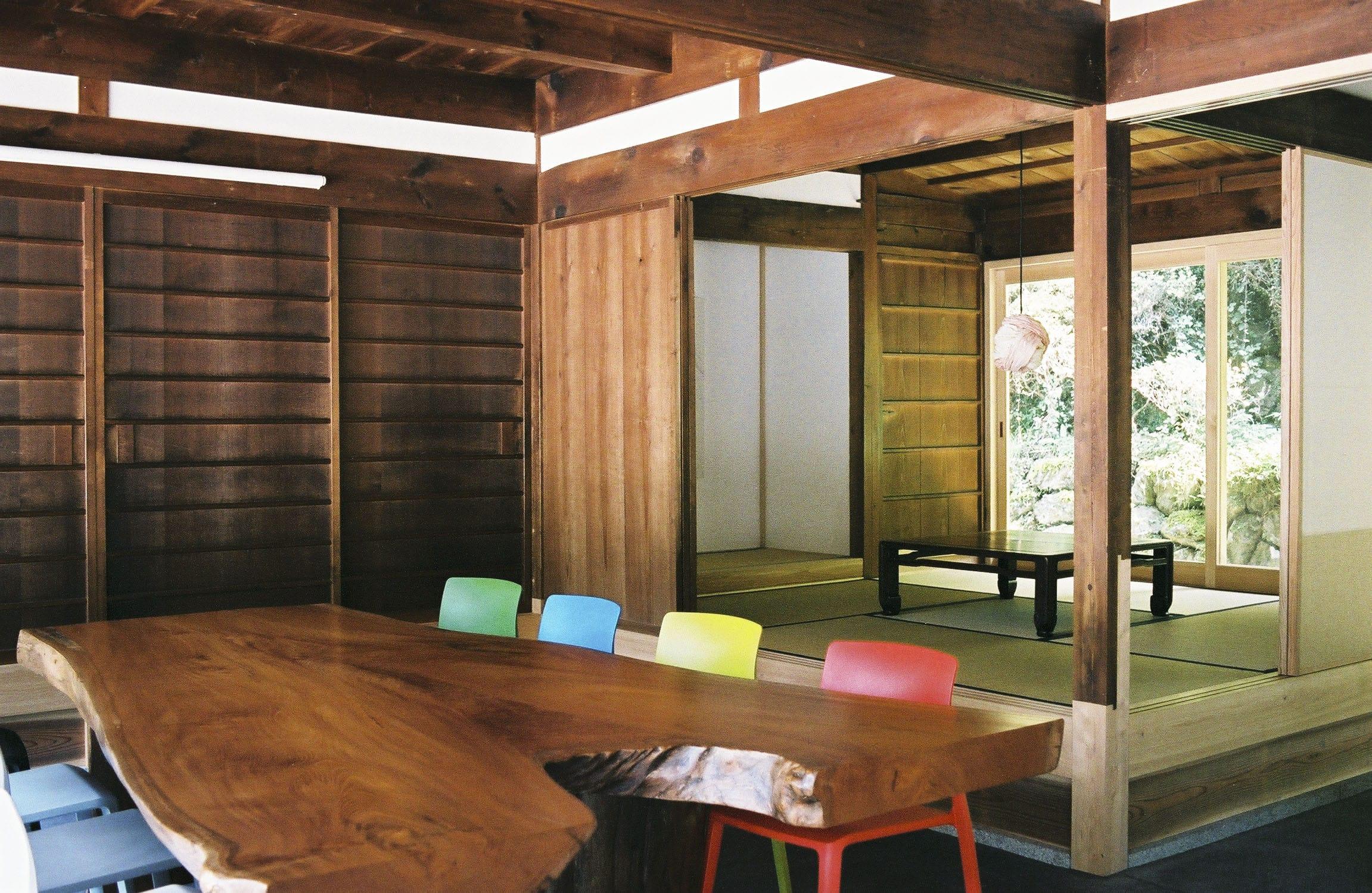 立派な吉野檜のテーブルがワークスペース。このテーブルで仕事したり、打ち合わせをしたり、夜はみんなで囲む食卓になることも。