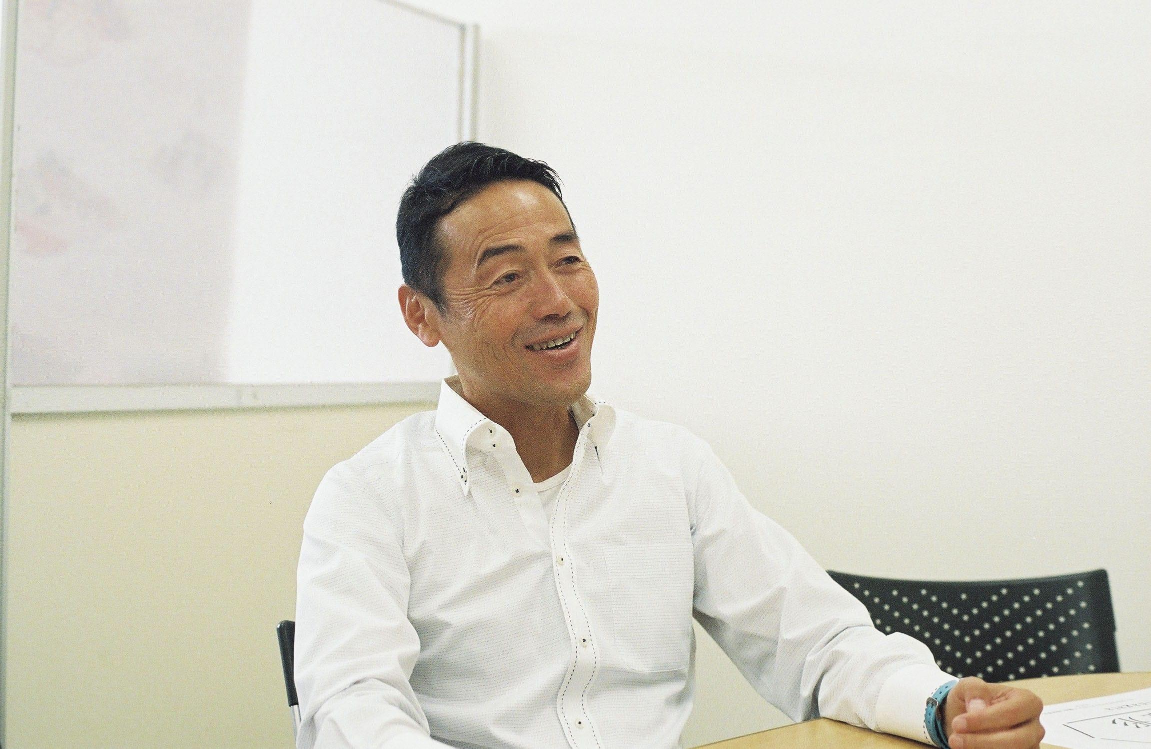 「兄貴!」と誰もが慕う、奈良県庁職員の福野博昭さん。人をつなぐ場所が「OFFICE CAMP」なら、福野さんも同じく媒介となり、地元の人と移住したクリエイターたちをつなげている。