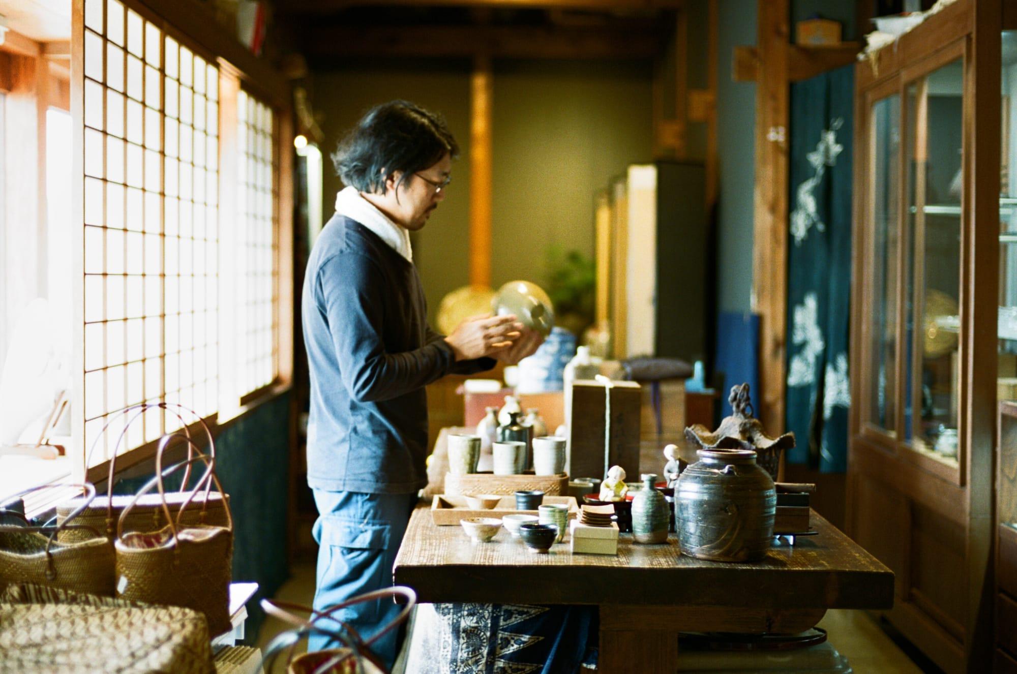 「古美術 茶房 古楽屋」の建物や置いてある骨董は、古本さんが時が経つほど価値が高まるものを選び抜く目利きであることを物語っている。
