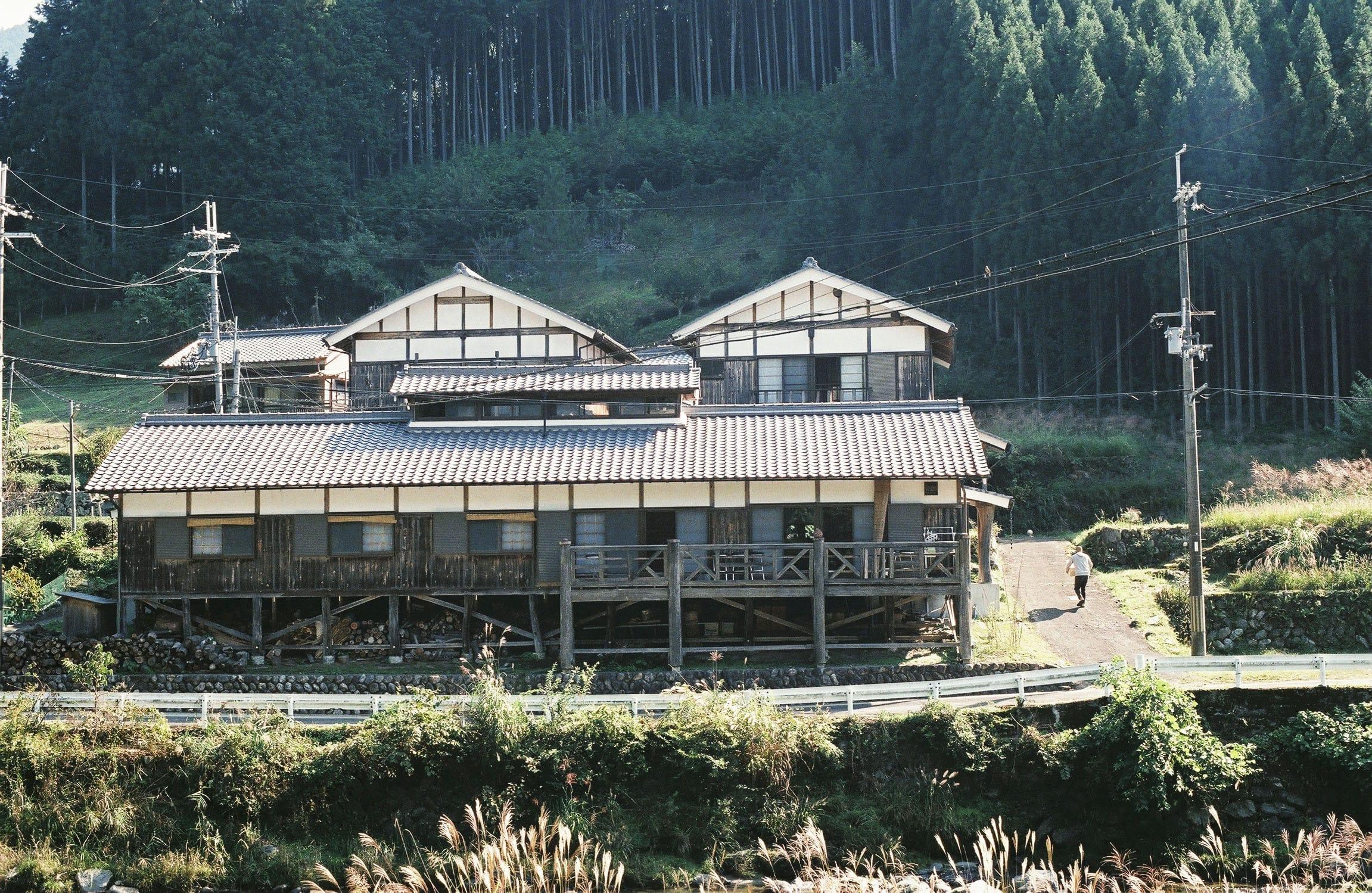 坂本さんのご両親が東吉野に移住して建てたアトリエ兼自宅。大きな川を見下ろすアトリエには国内外からさまざまな人が訪れる。