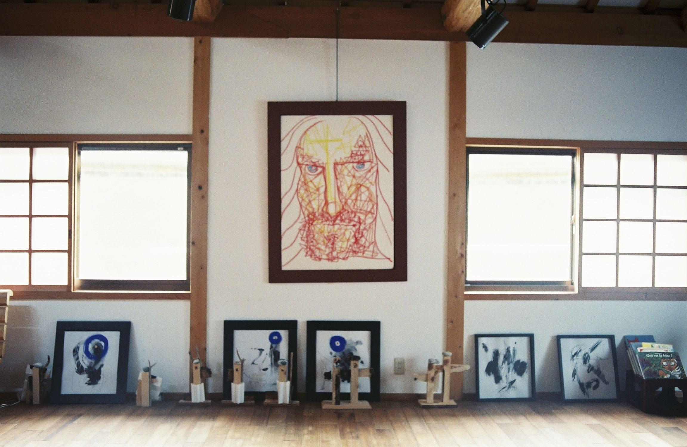 中央に飾られているのは、2013年に描かれたいう和之さんの作品「Saint」。毎日欠かさず筆をとり、絵を描き続けているという。