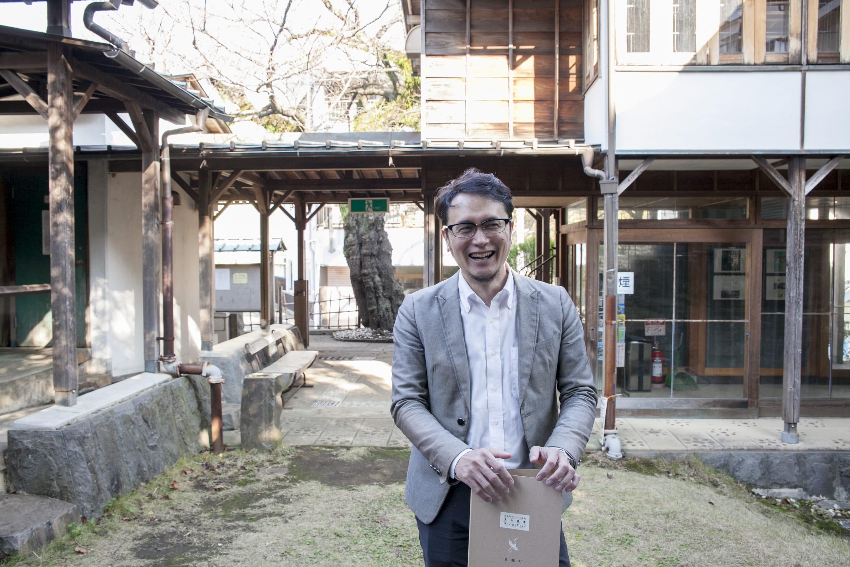 大阪出身の卜部さん。学生時代に出会った真鶴町の『美の基準』をきっかけに、2000年に移住。現在は、真鶴町役場に勤務。