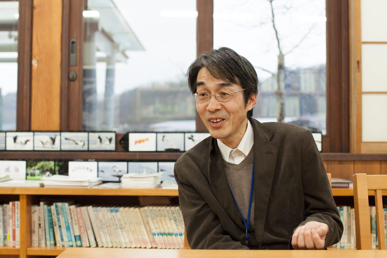 専門は虫屋(昆虫)だが、豊岡の自然全般に詳しい上田尚志さん。『田んぼの学校フィールドノート』のわかりやすいイラストも上田さんが描いている。生き物の話をしているときの優しい目が印象的。