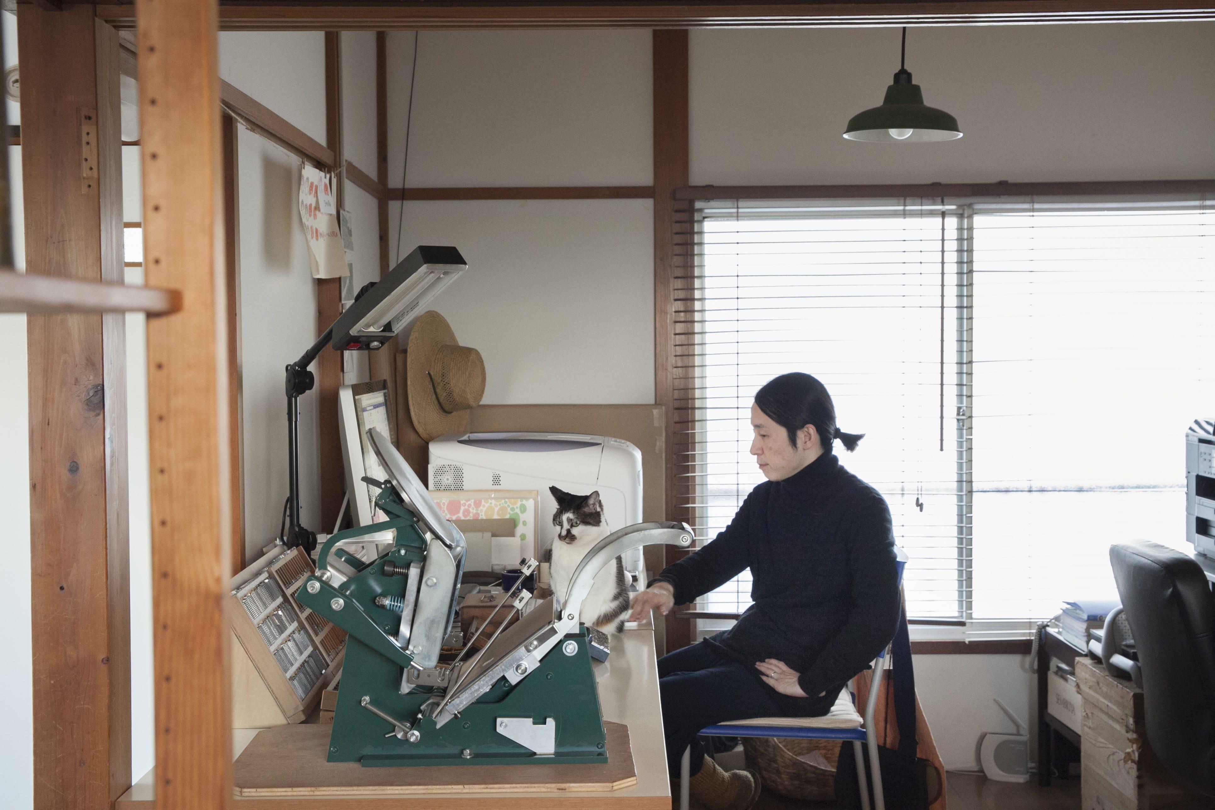 Bonamiのメンバーは、三木葉苗さん、杉山聡さん、 三木咲良さん。猫のカトリも大事な仲間。