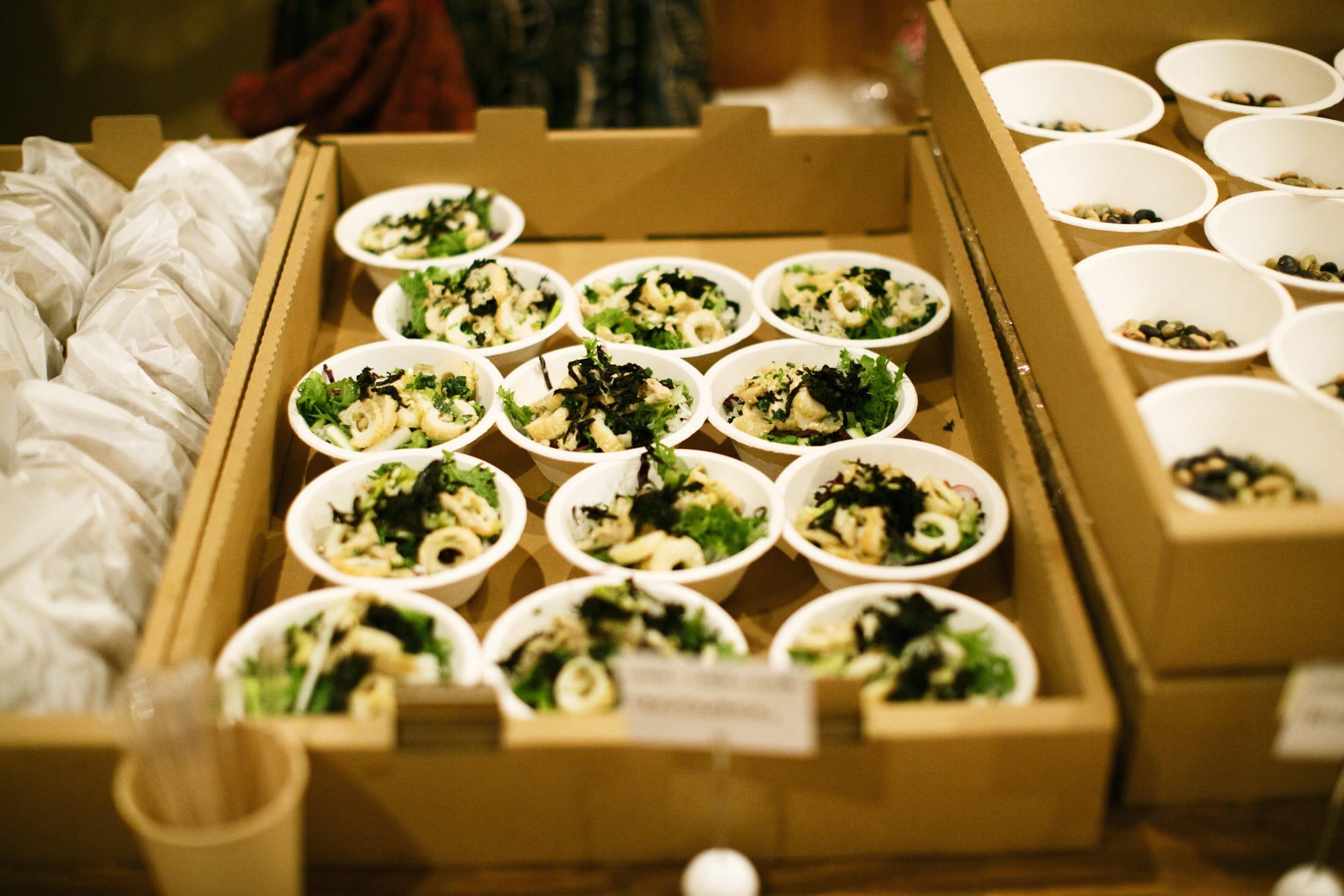 山形県の「つや姫」に、山口県・萩の「しそわかめ」を混ぜたごはん。その上に、山梨県の「五味醤油」の白味噌と萩の「さしみちくわ」を混ぜて、山形県の「伝承野菜」とトッピング。