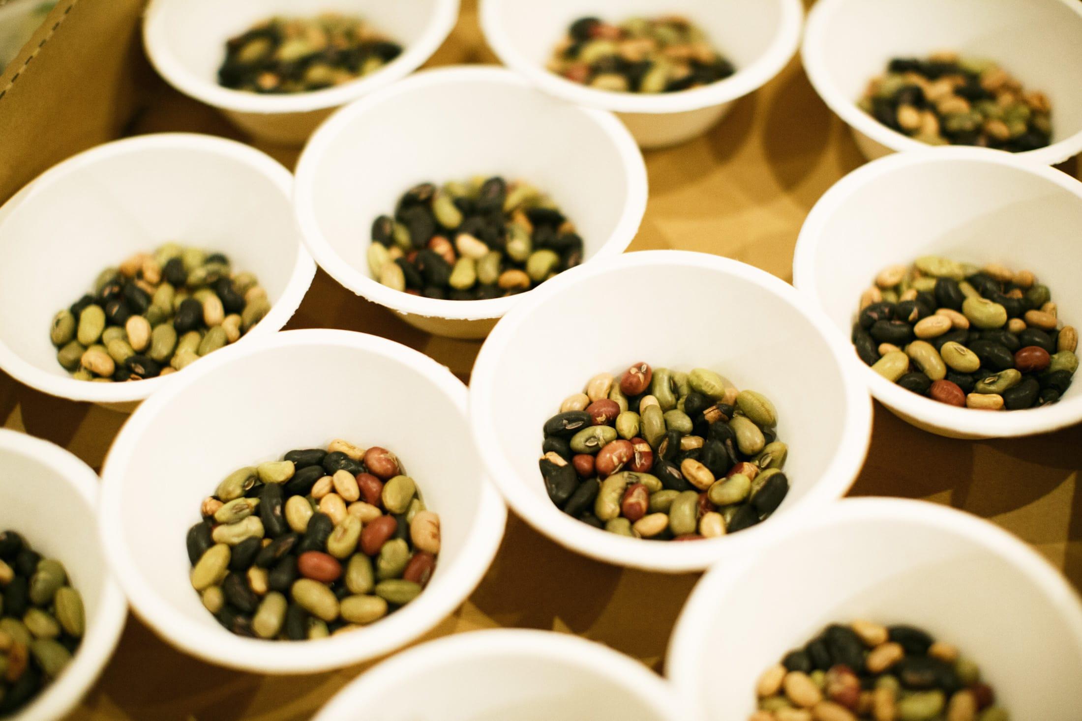 山形県の伝承大豆を何種類かブレンド。山口県・萩の「釜炊き塩」や「しそわかめ」などをふりかけて食べる、「炒り豆ぽりぽり」。