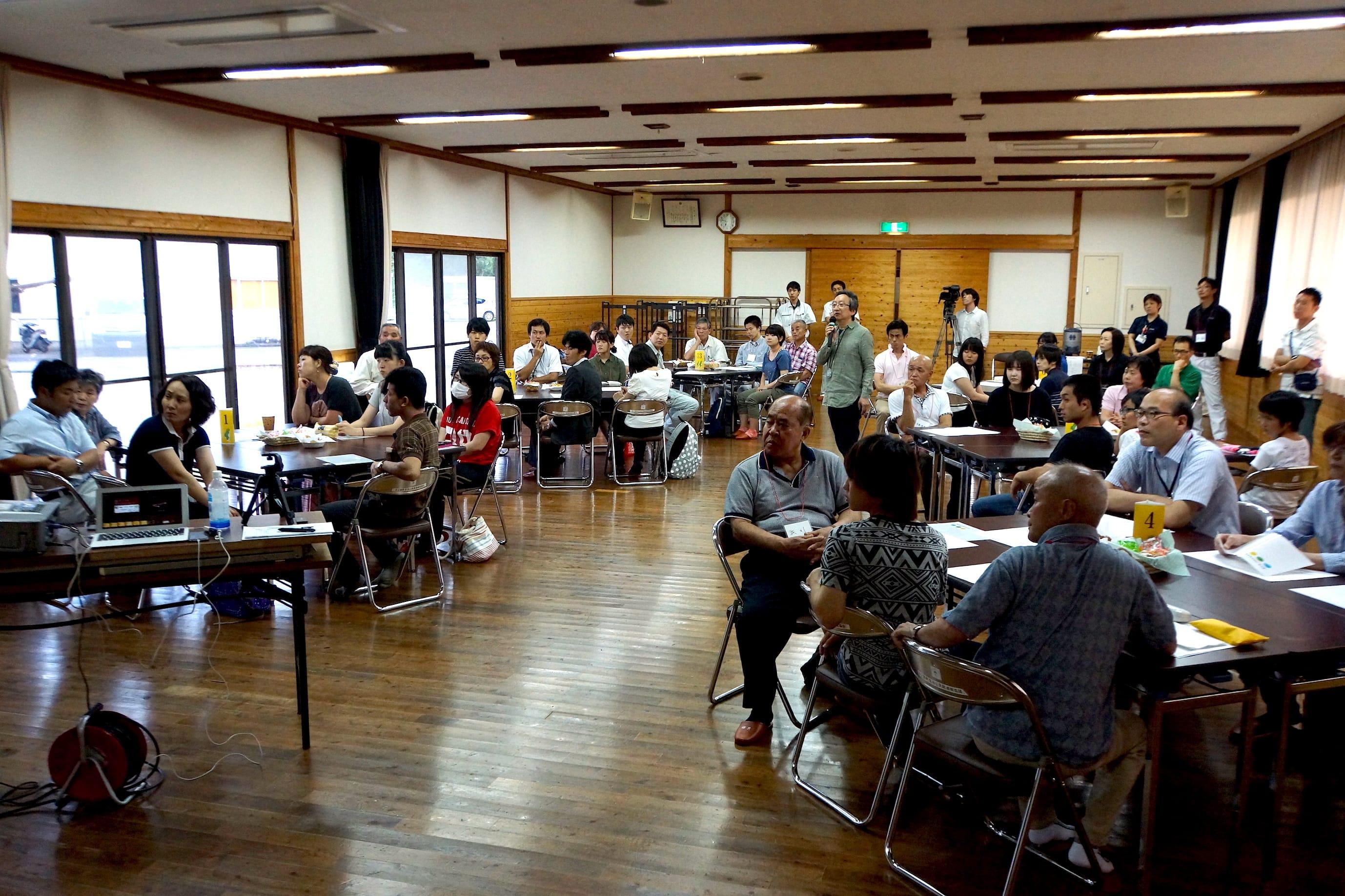 7月1日に行われた「ヒノカフェ」。小学生、学生、お年寄りまでさまざまな世代が集まった。これまで出てきたアイデアを具体的に、現実的にアクションに変えていくことをテーマに話し合いが行われた。