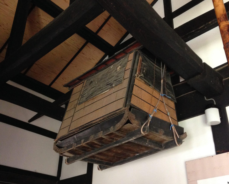上の茶室の壁は、祖父のこだわりで佐渡の赤土が使われている。お茶の先生であった祖母からここで茶道を習った。下は玄関に置いてある橇付きの篭?(名称不明) 昔は茅葺きの屋根で囲炉裏があったが、修繕が非常に困難なため普通の屋根に改装してしまっている。
