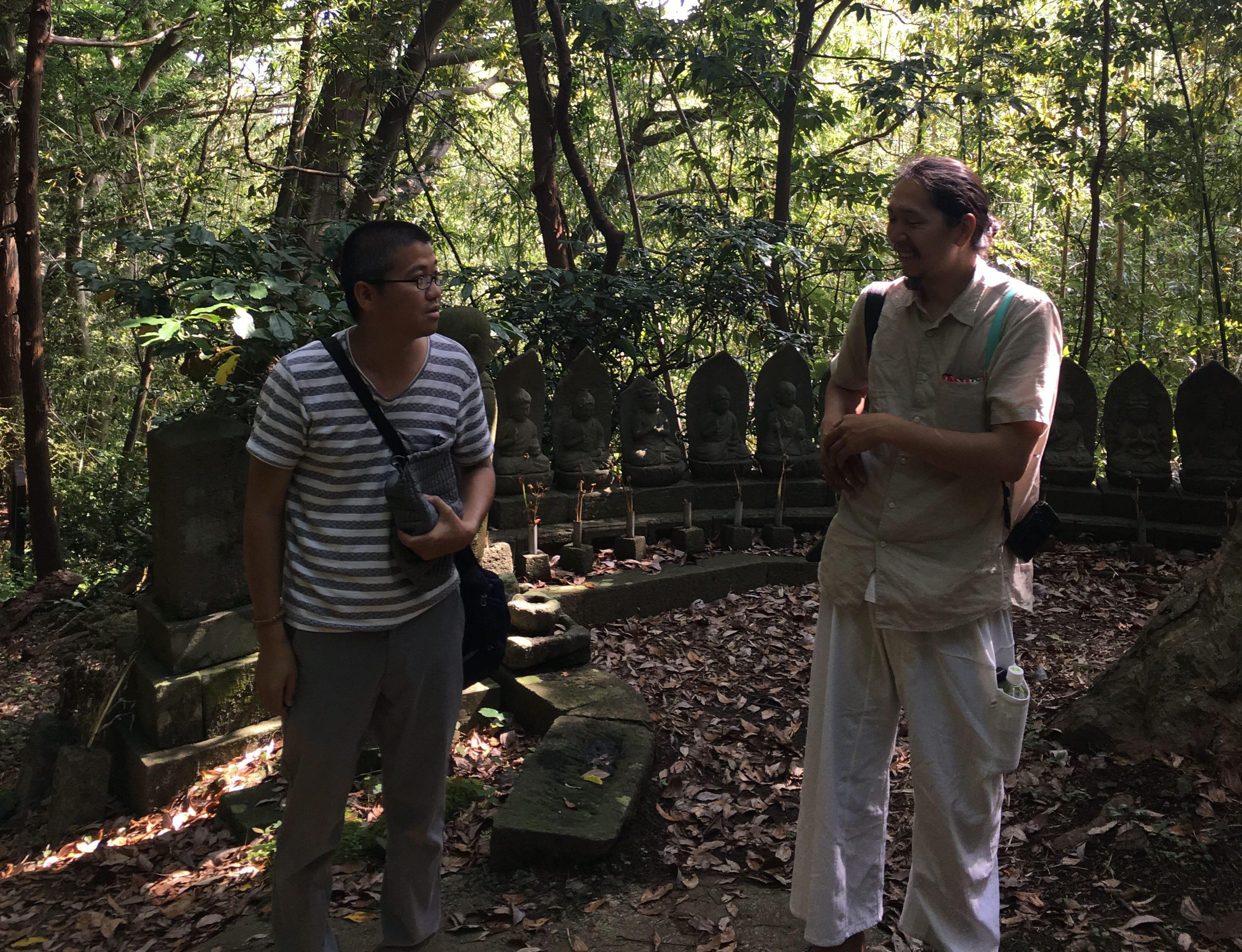岩屋山石窟。縄文時代に生活空間だった場所が、中世以降に神域になったと考えられている。左が梶井照陰さん、右が坂本大三郎さん。私の今回の旅の目的のひとつは、この二人を会わせることでもあった。