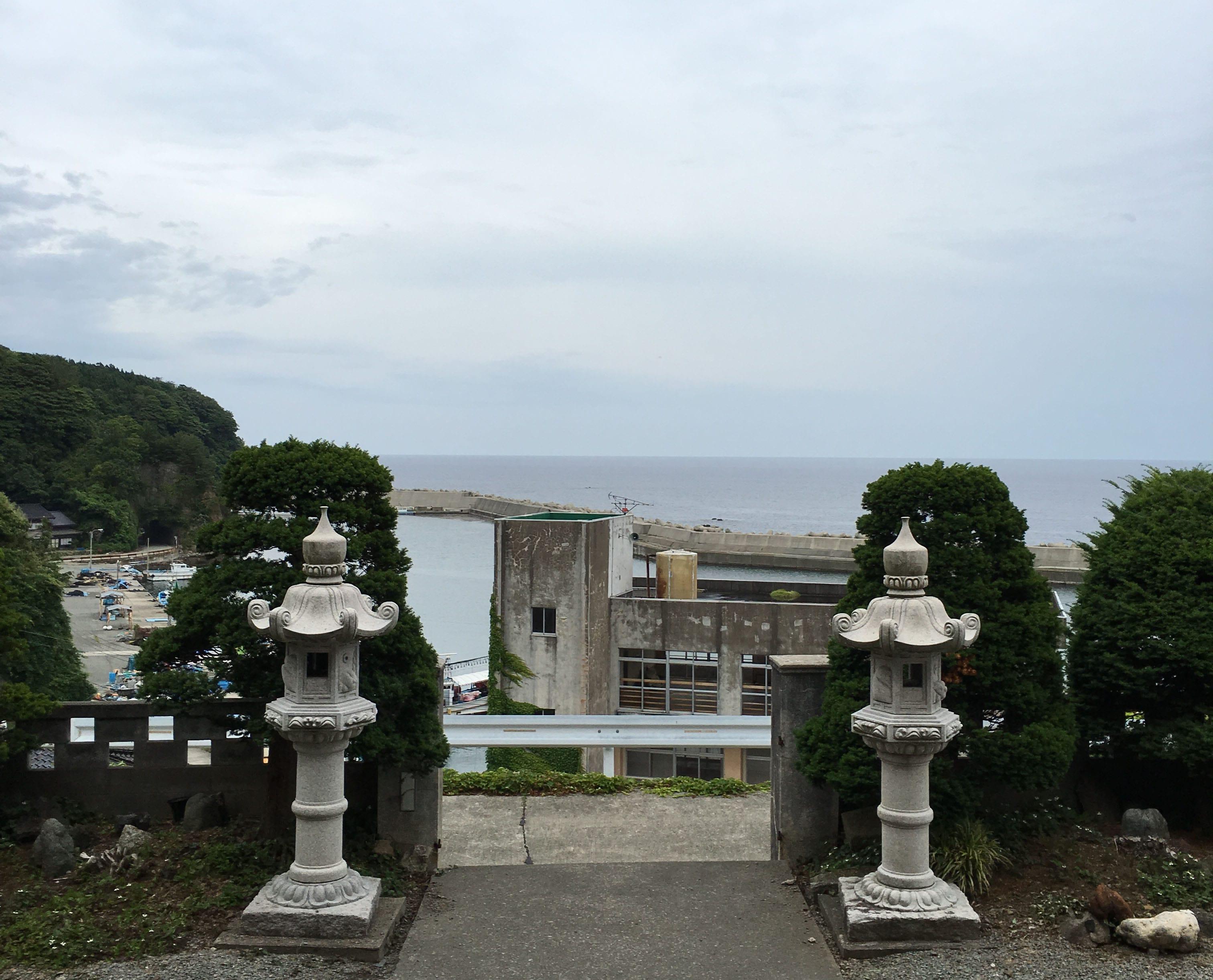 梶井照陰さんのお寺。佐渡の北端、鷲崎という地域にある。天気がいいと海の向こうに、山形県の鳥海山が見えるという。