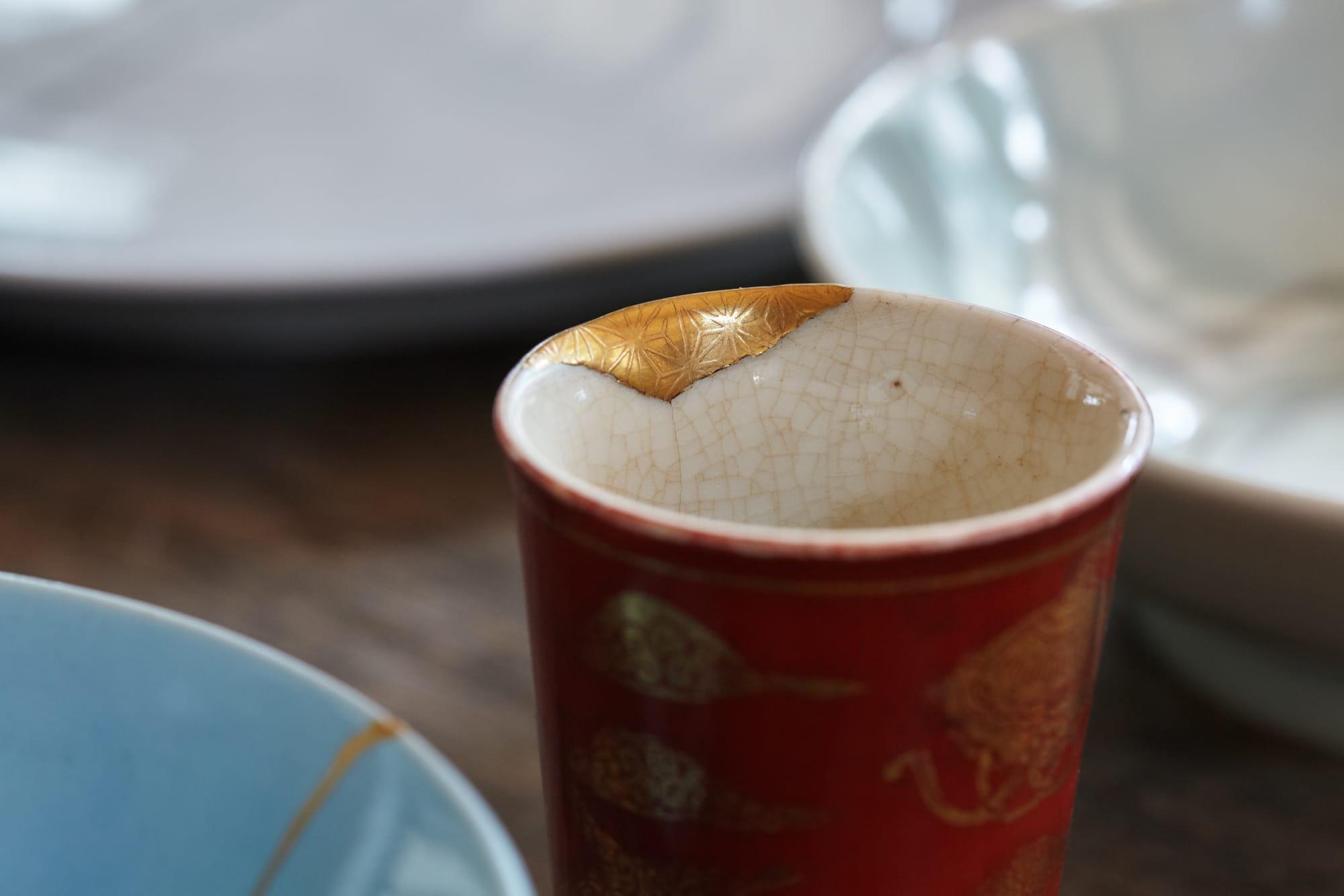 金継ぎは陶磁器の割れたところを漆で継ぎ、継ぎ目に金の粉を定着させる修理方法。「漆は塗料として使われるほか、強い接着力があるので昔から接着材としても使われてきました。金継ぎは漆を使う技法なので、金継ぎをすることで漆のことを知ってもらえるのがいいですね」(河井さん)