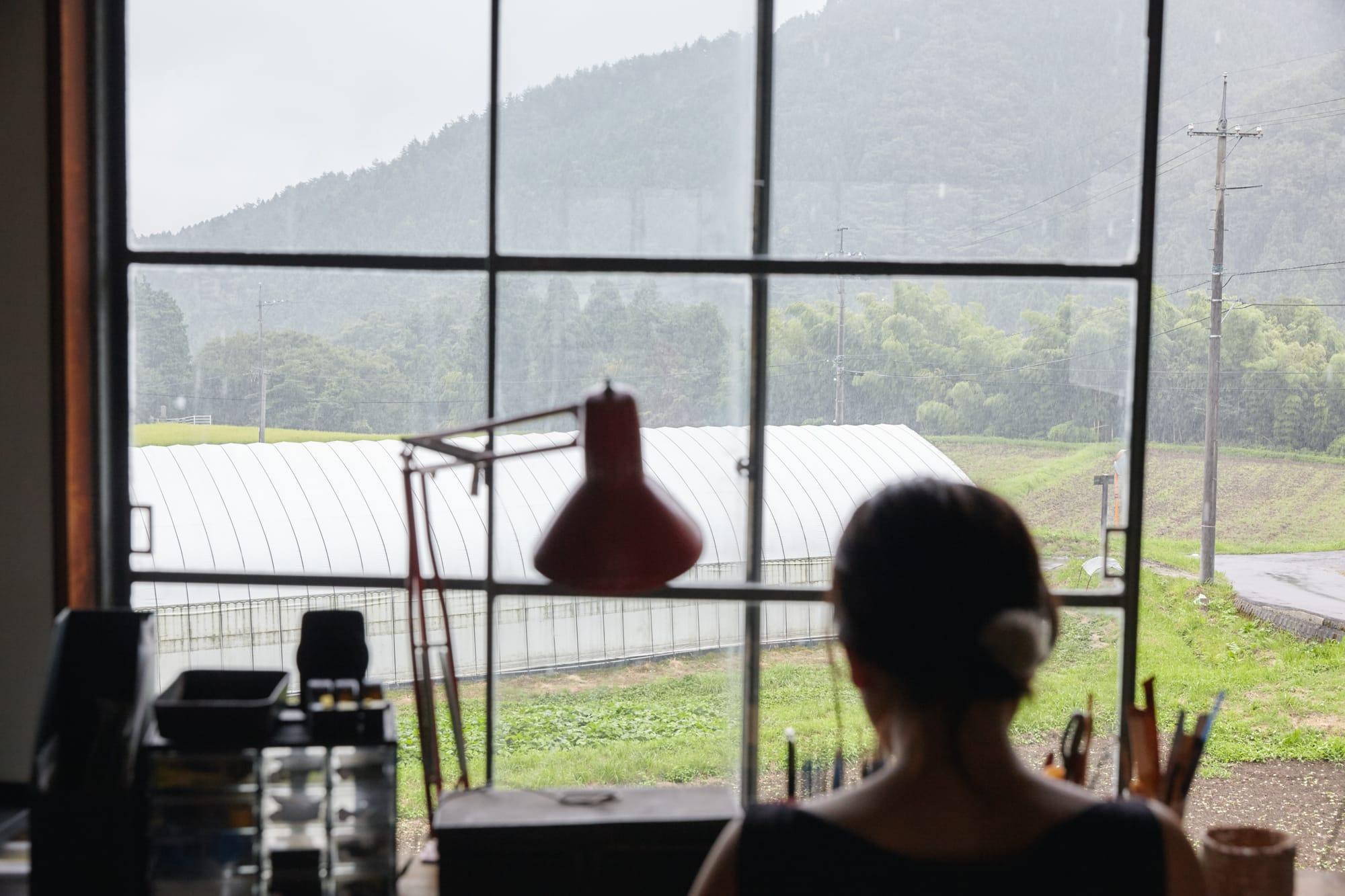 納屋を改装してつくった仕事部屋。窓から山や山葵畑が見える。
