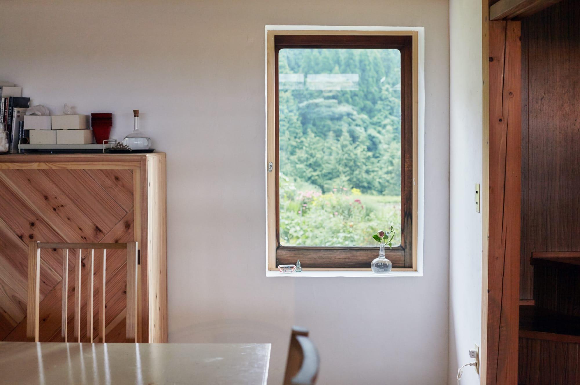 教室の部屋に窓がほしくて、大工さんに取り付けてもらった窓。古材を利用した不均一な厚みのガラスが美しい。「まだまだ直したいところがたくさんあるので、家はまだ育て中です」と河井さん。