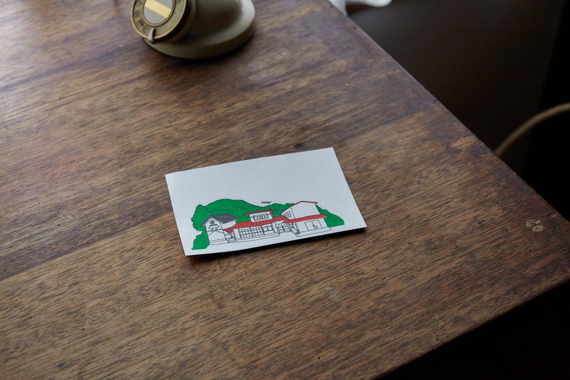 デザイナーのゴロゥちゃんが描いた、家のイラスト。河井さんはひとりで屋根にのぼり、赤だった屋根を白に塗り変えた。「当時はなんでもできる人になりたいという気持ちがあったんです。でも屋根に登るのはさすがに恐かったので、もうやめようと思いました(笑)」と、河井さん。