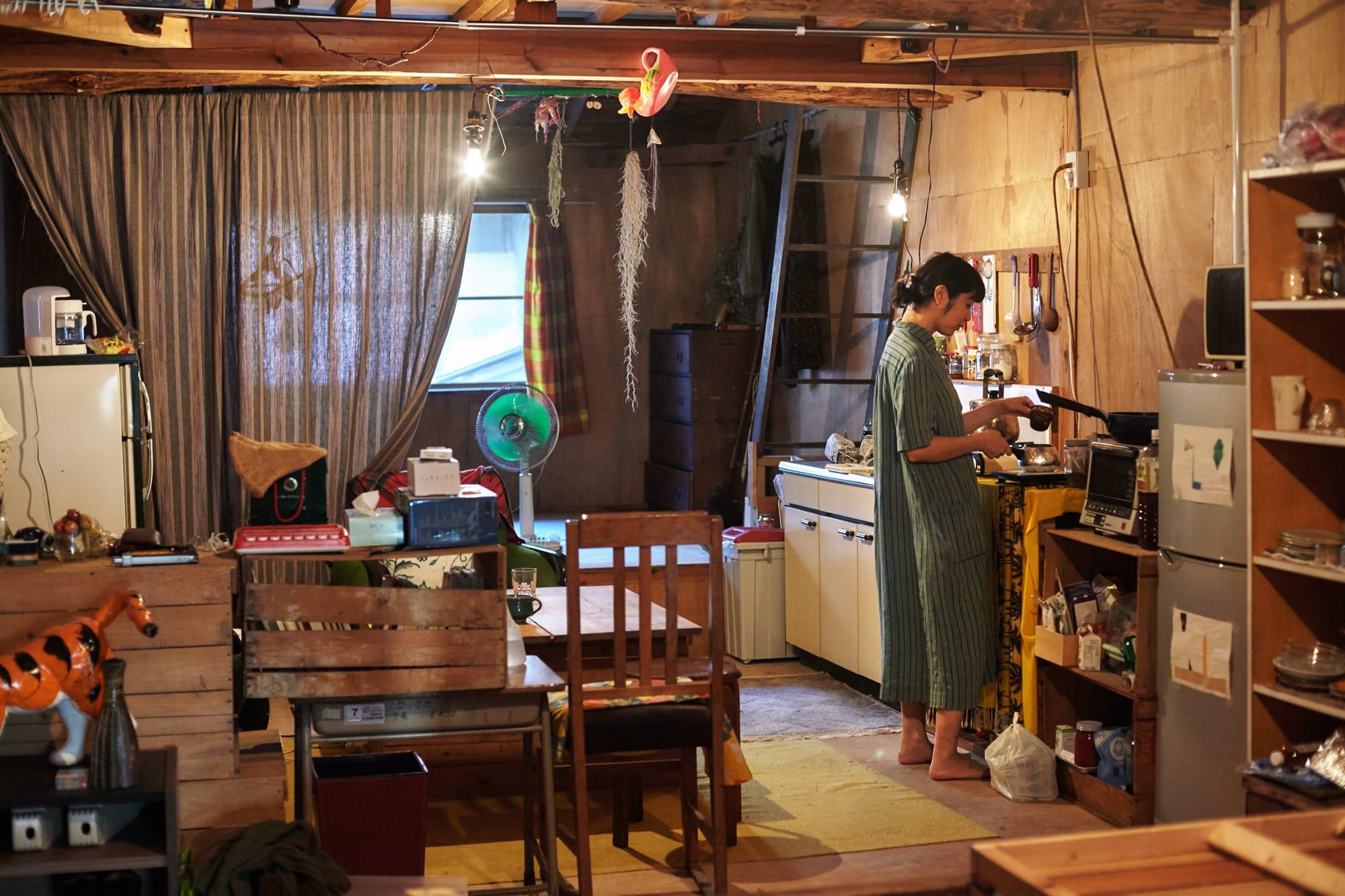 細長い部屋を二つに分け、半分はアトリエ、もう半分はキッチン、リビング、寝室として使っている。