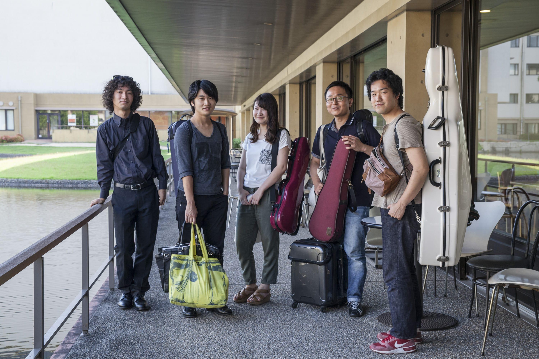 くらしき作陽大学の学食前にて。左から松崎国生さん、長瀬大観さん、大和美祈さん、岸田謙太郎さん、柳橋泰志さん。この5人はくらしき作陽弦楽合奏団のメンバーでもあり、長岡京室内アンサンブルのメンバーでもある。松崎さん、柳橋さんは大学のOBで、長瀬さんと大和さんは現役の4年生と3年生。