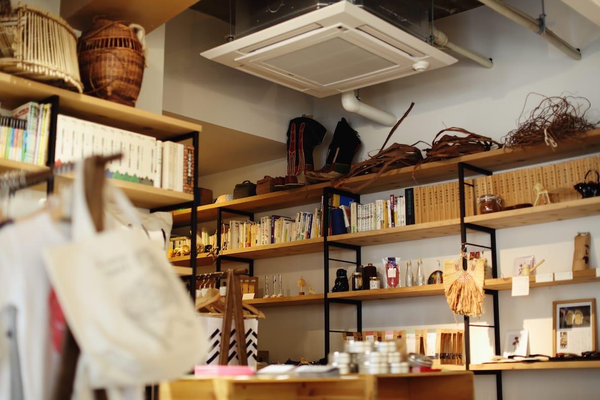 まるで博物館のような店内。さまざまな道具や民俗学などの本が並ぶ。立ち読みは自由。「nitaki」の店内で読んでも構わないという。