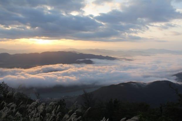 豊岡市は旧城崎町(私が住んでいる城崎温泉のある町です)にある山です。 旧城崎町「来日山」から見る雲海。この景色がたった15分の登山で見れてしまうゼイタク。