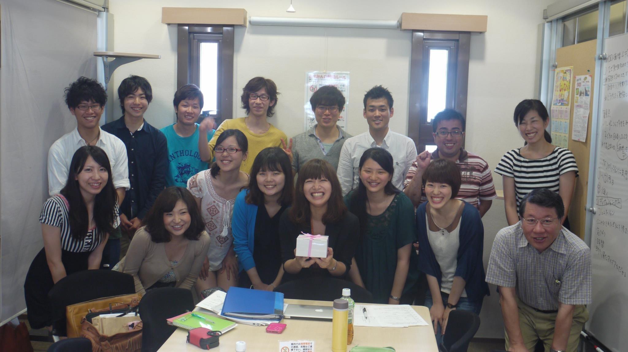 TFJ九州事業部1周年の集合写真。森山さん(中央)の笑顔がはじけています。