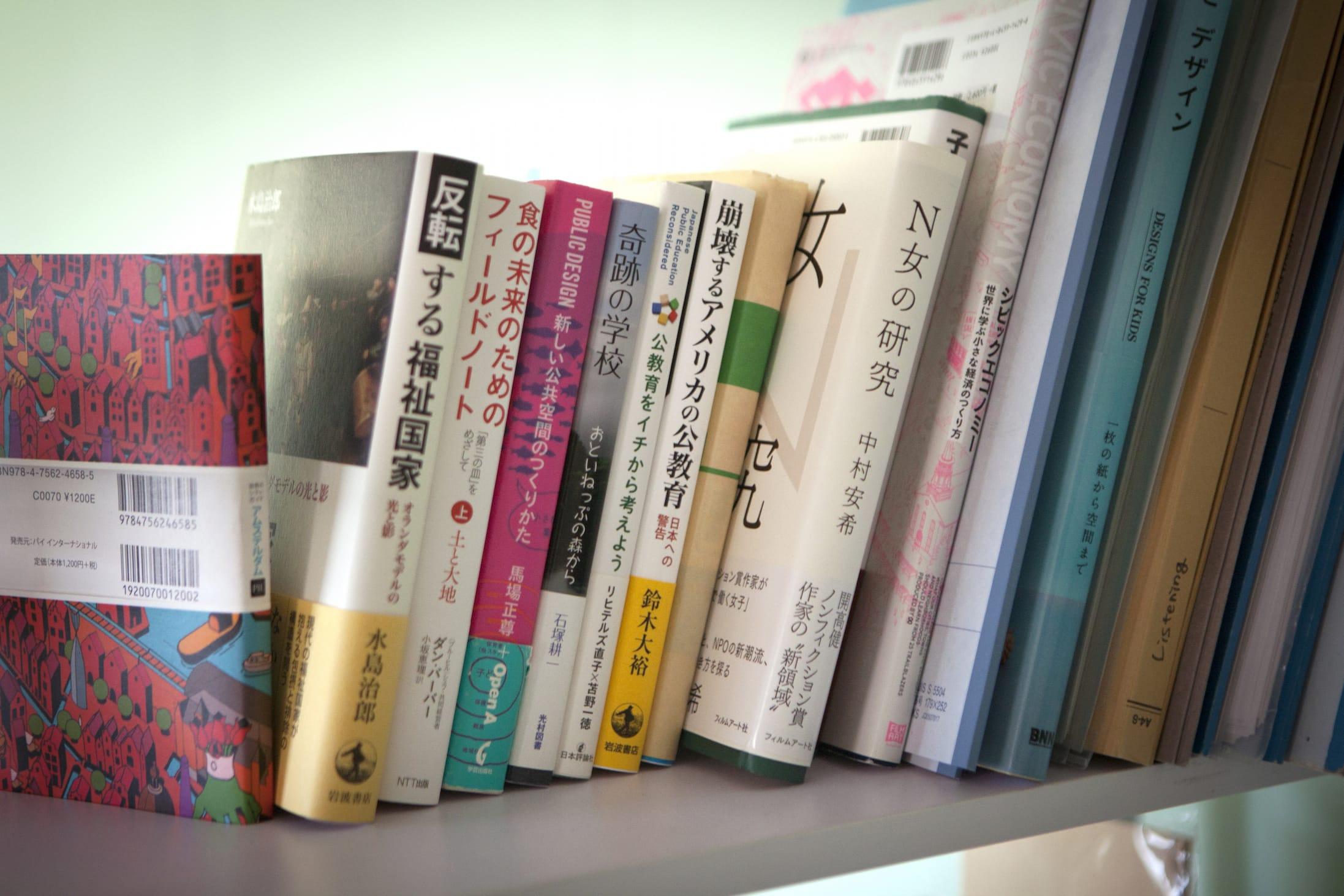 森山さんの本棚。「N女の研究(中村安希著、フィルムアート社)」には森山さんのインタビューも収録されています。