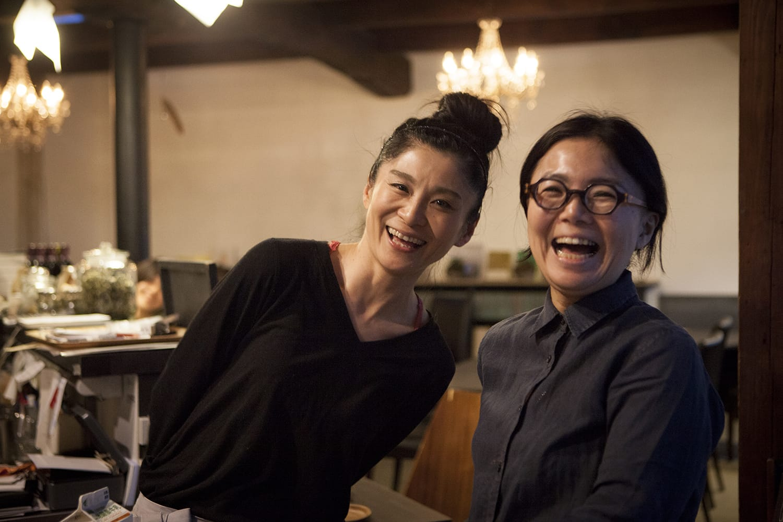「Cafe on y va」オーナーの齋藤郁子さんと一緒に。