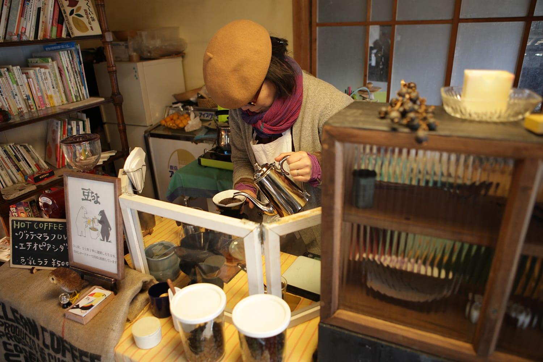 神山・チーノ農園で行われる『Sunday picocino』にて、珈琲を淹れる千代田さん。