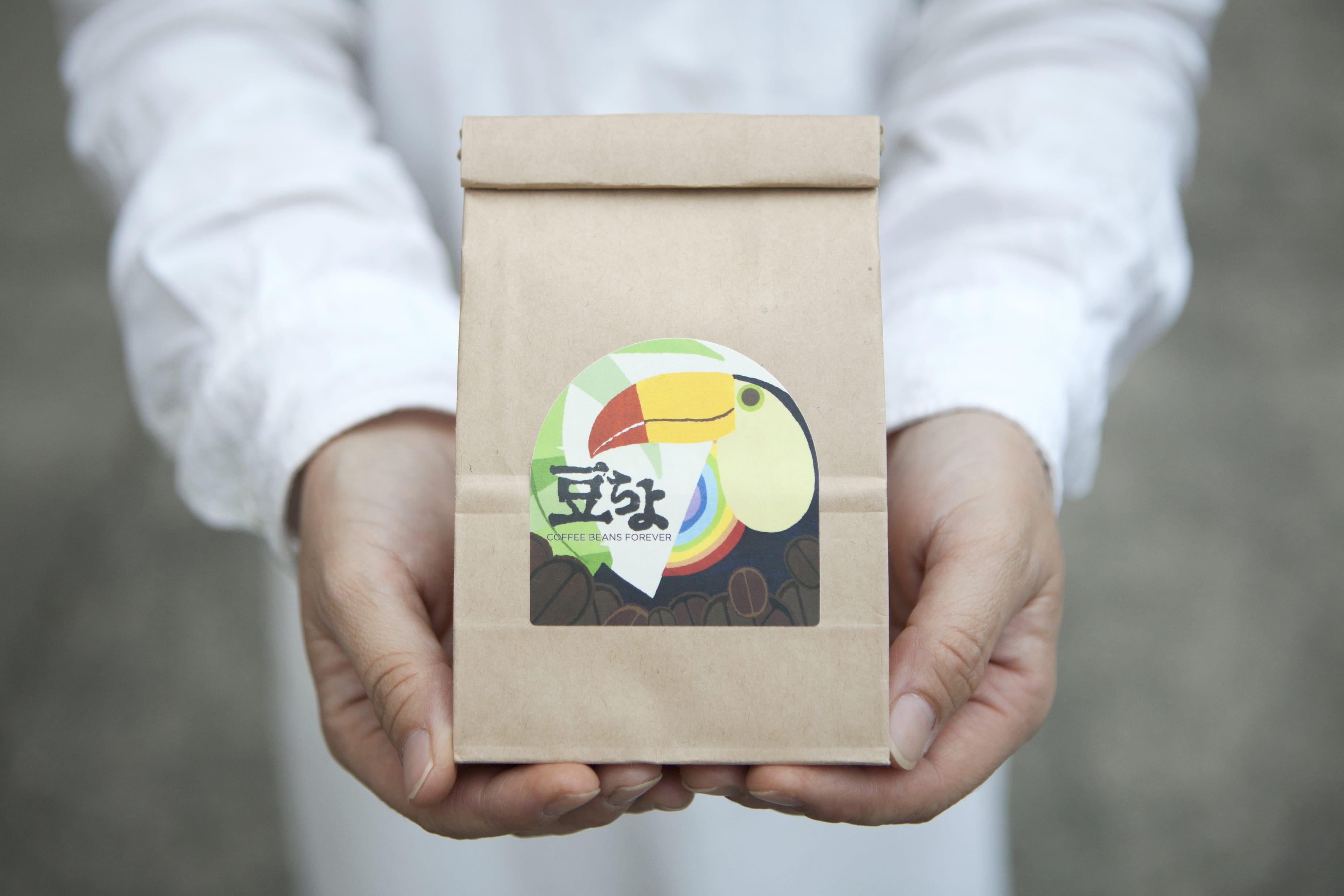 """『豆ちよ』の珈琲豆ラベルは、タカミヤユキコさんによる""""オオハシ""""のイラスト。"""